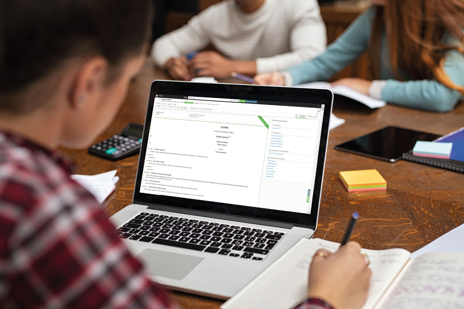 Studentka przegląda na laptopie akty prawa w LEX Student