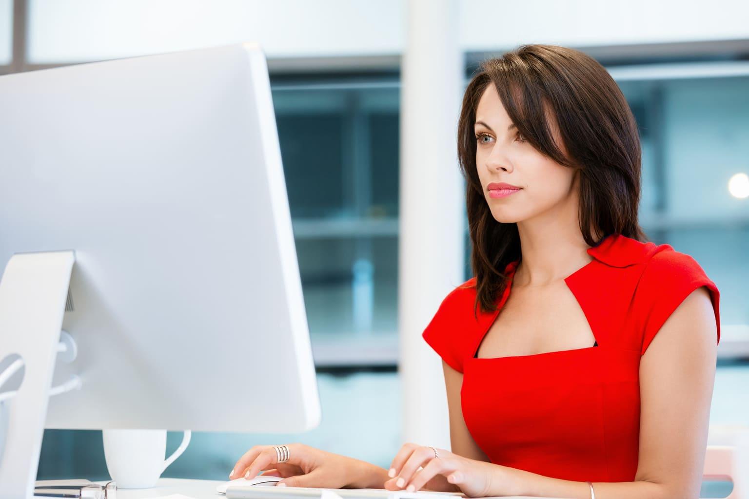 vrouw kijkt naar suppletie aangifte op laptop