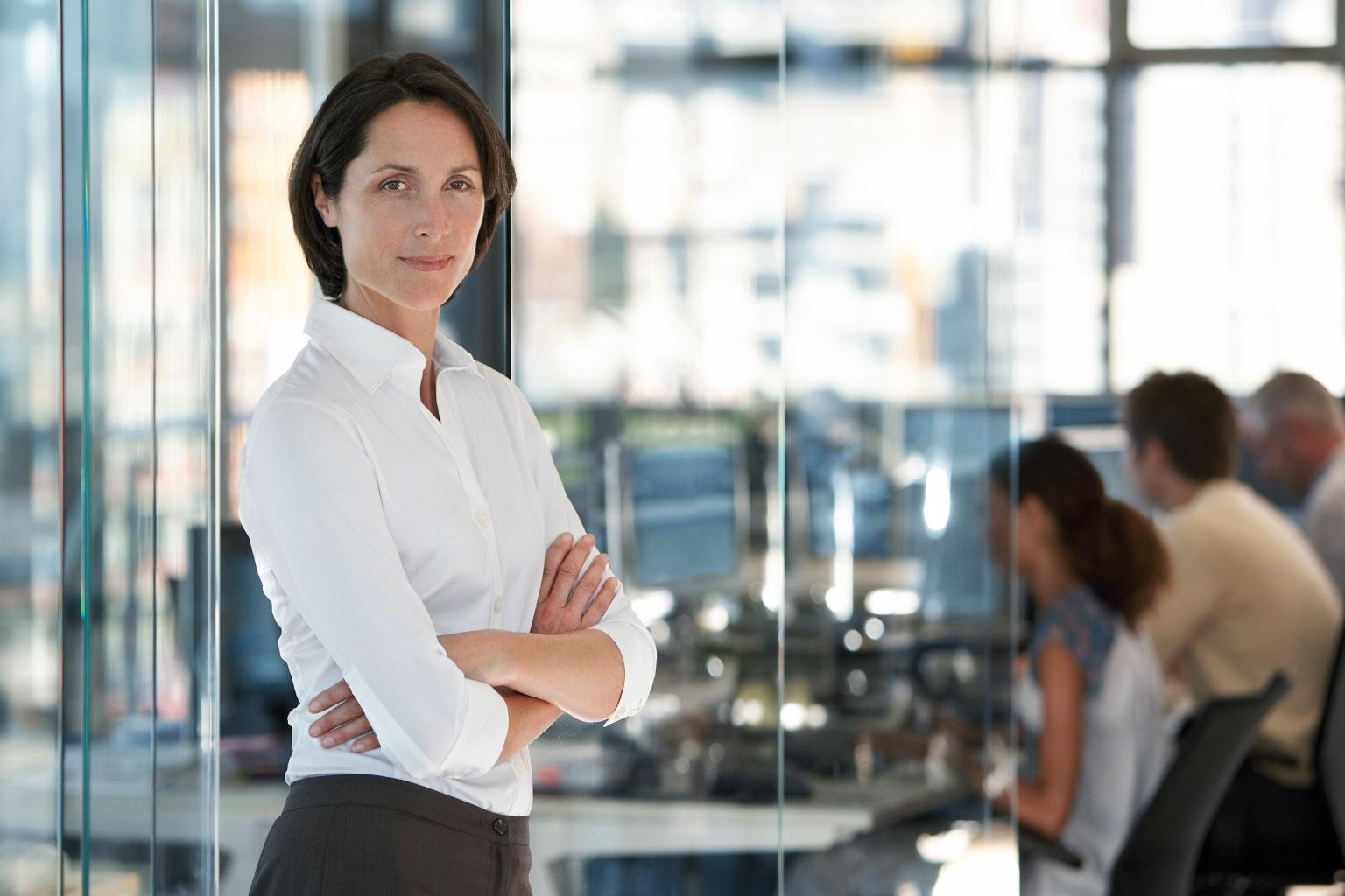 Zadowolony kierownik w urzędzie, który dzięki zastosowaniu LEX Kontrola Zarządcza podejmuje trafne decyzje