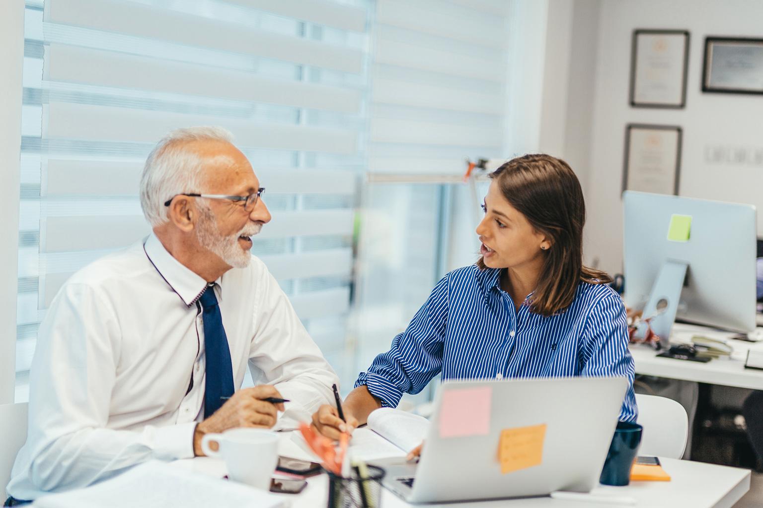 Pan z Panią omawiają raport z działań realizowanych w ramach kontroli zarządczej przygotowany w LEX Kontrola Zarządcza