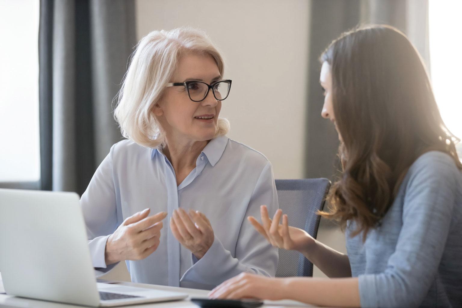 Dwie kobiety dyskutujące o prawie oświatowym