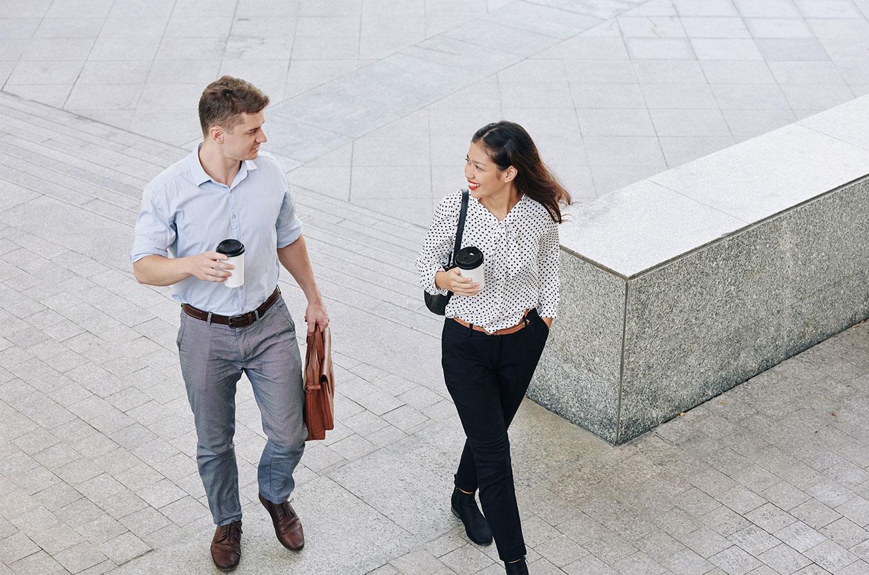 Man en vrouw lopen en praten met elkaar