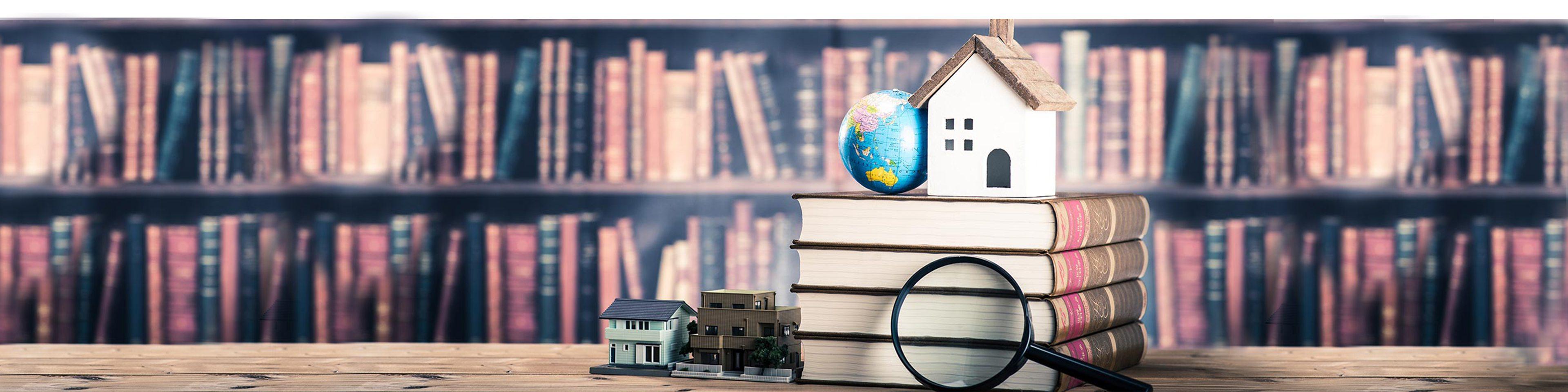 Bokvägg och trave med böcker