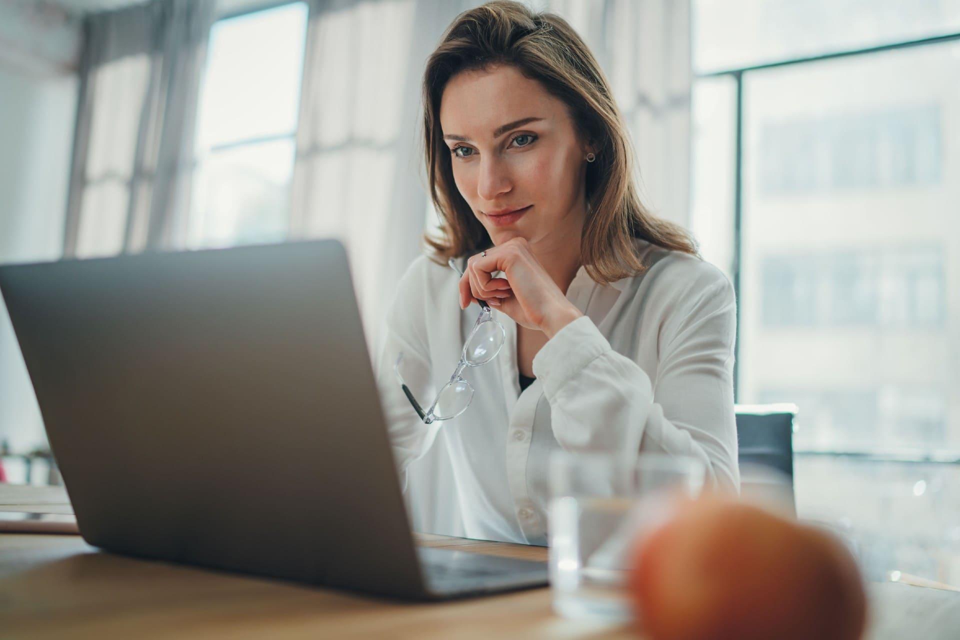 Vrouwelijke accountant bezig met NOW aanvraag