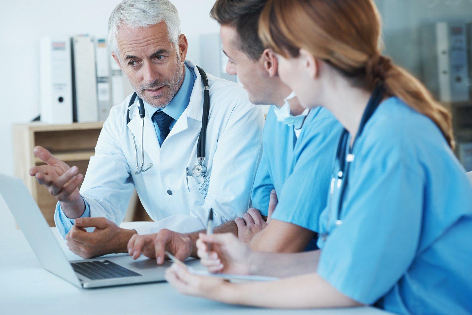 Troje lekarzy rozmawia na temat badania zgodności w Progmedica