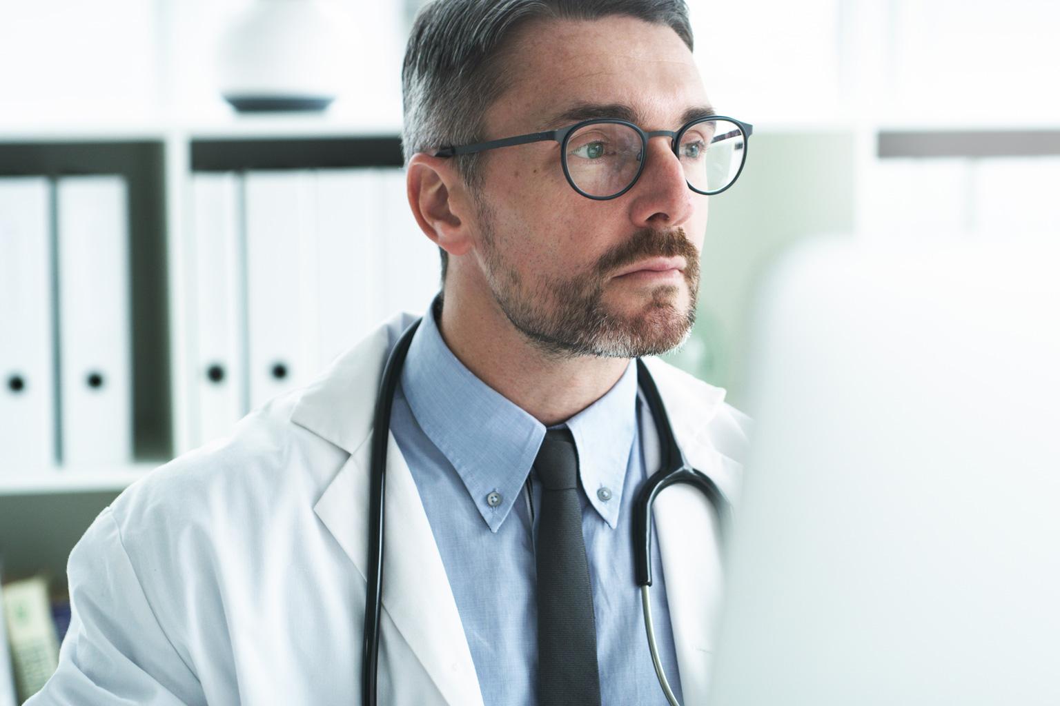 Lekarz pracuje na komputerze w programie Progmedica