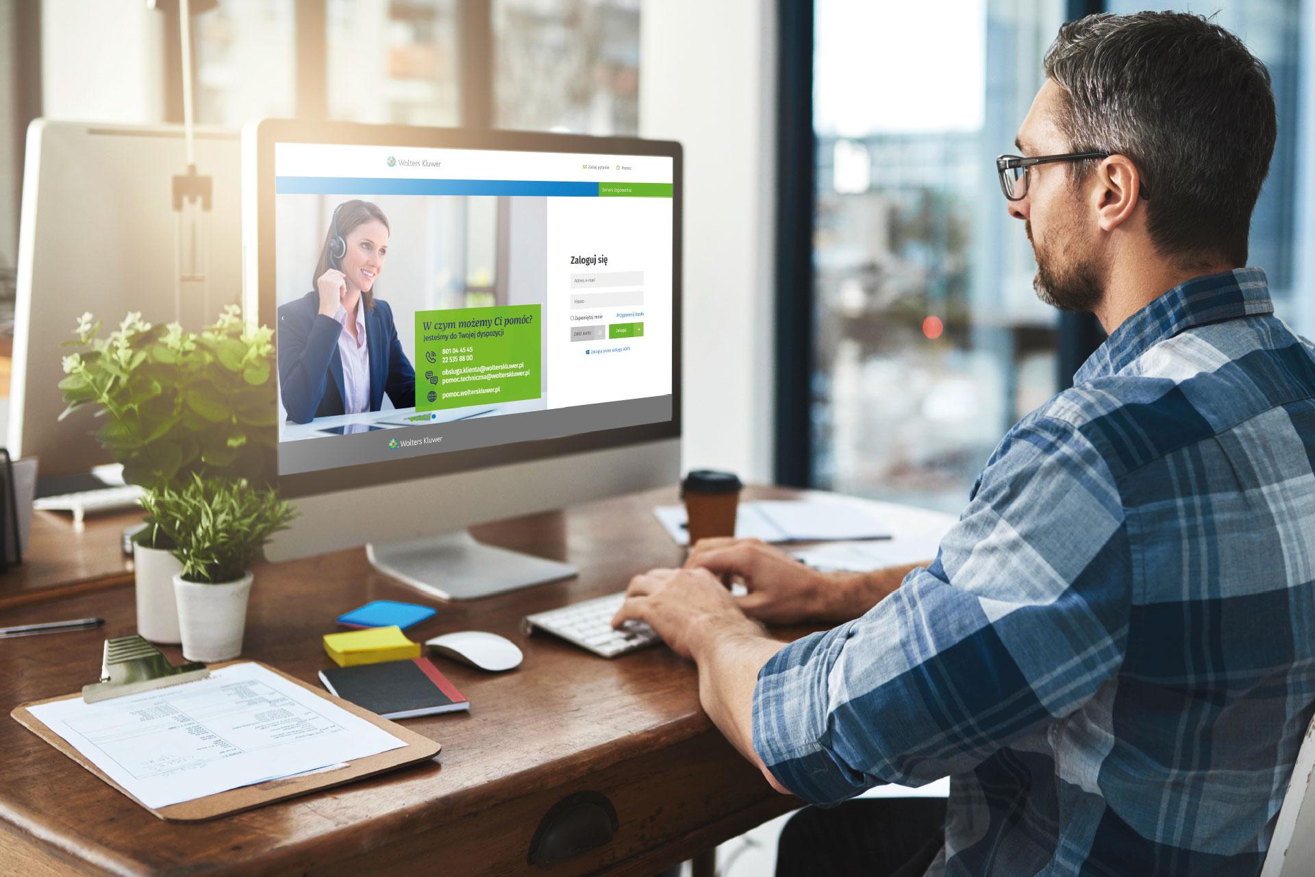 osoba logująca się do LEX na komputerze korzystająca z dwustopniowego logowania