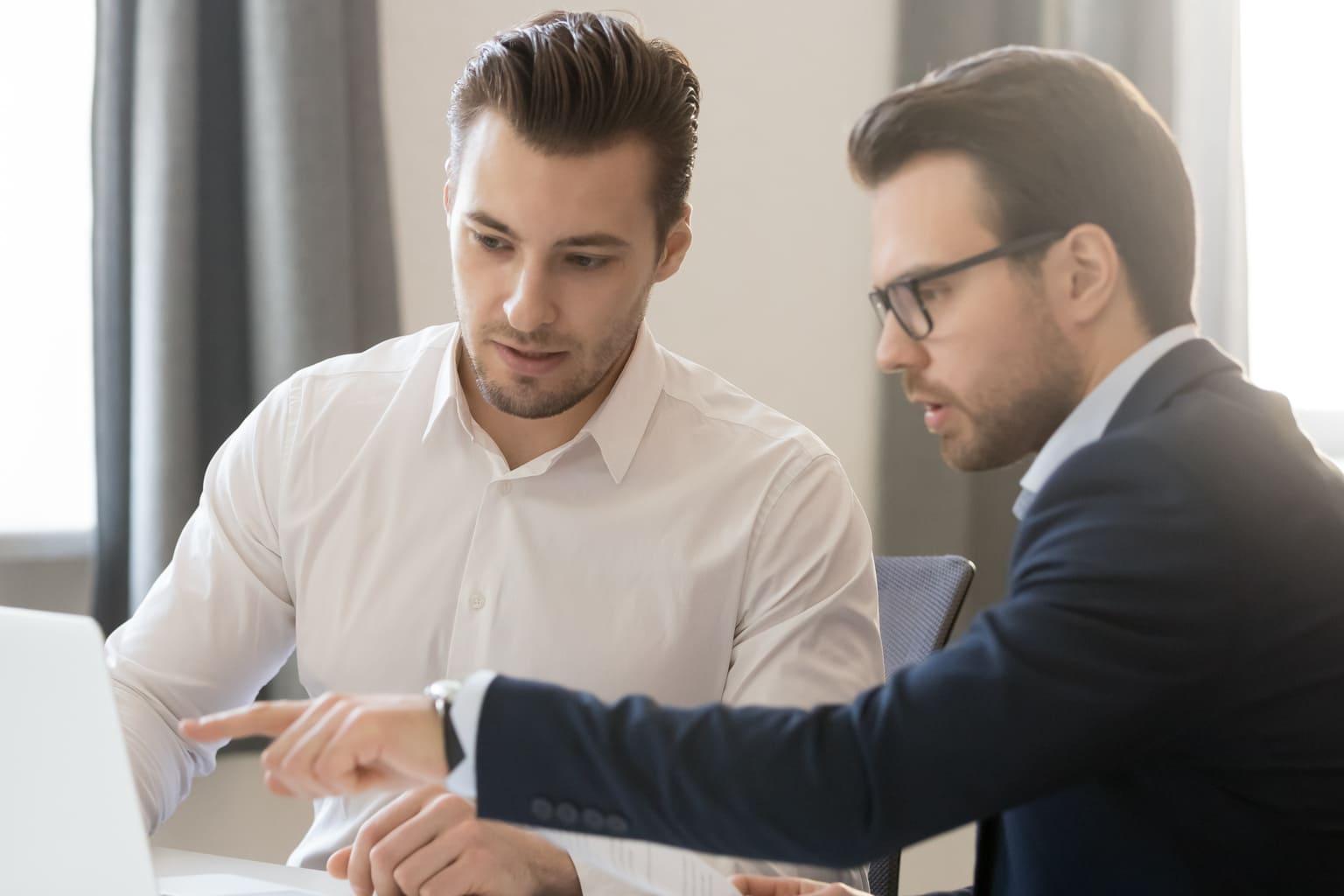 Mannen bekijken samen service overeenkomst