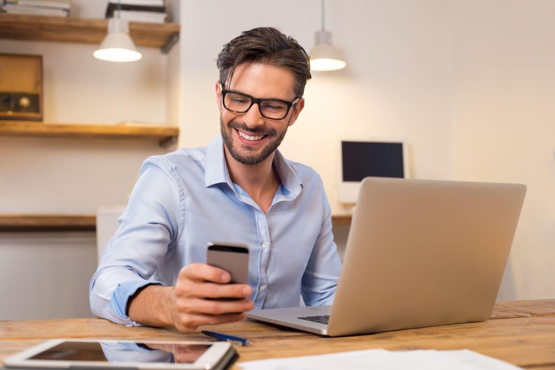 Accountant bekijkt Online samenwerken van Twinfield Samenwerken