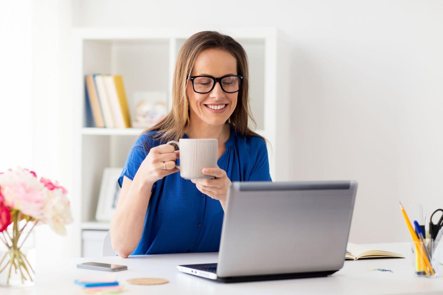 Vrouw bekijkt Twinfield Boekhouden op laptop