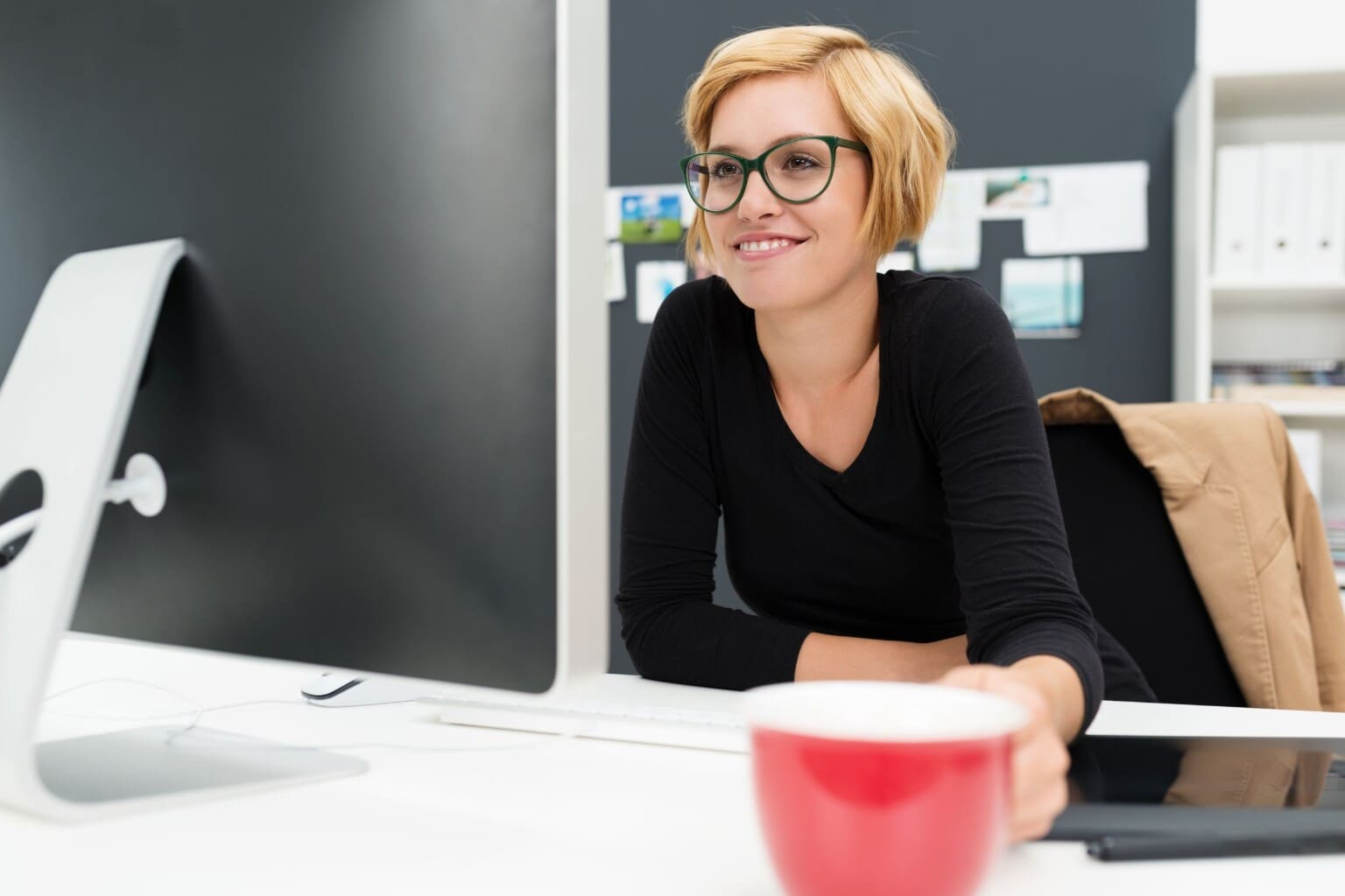 Vrouw bekijkt vaste activa op scherm