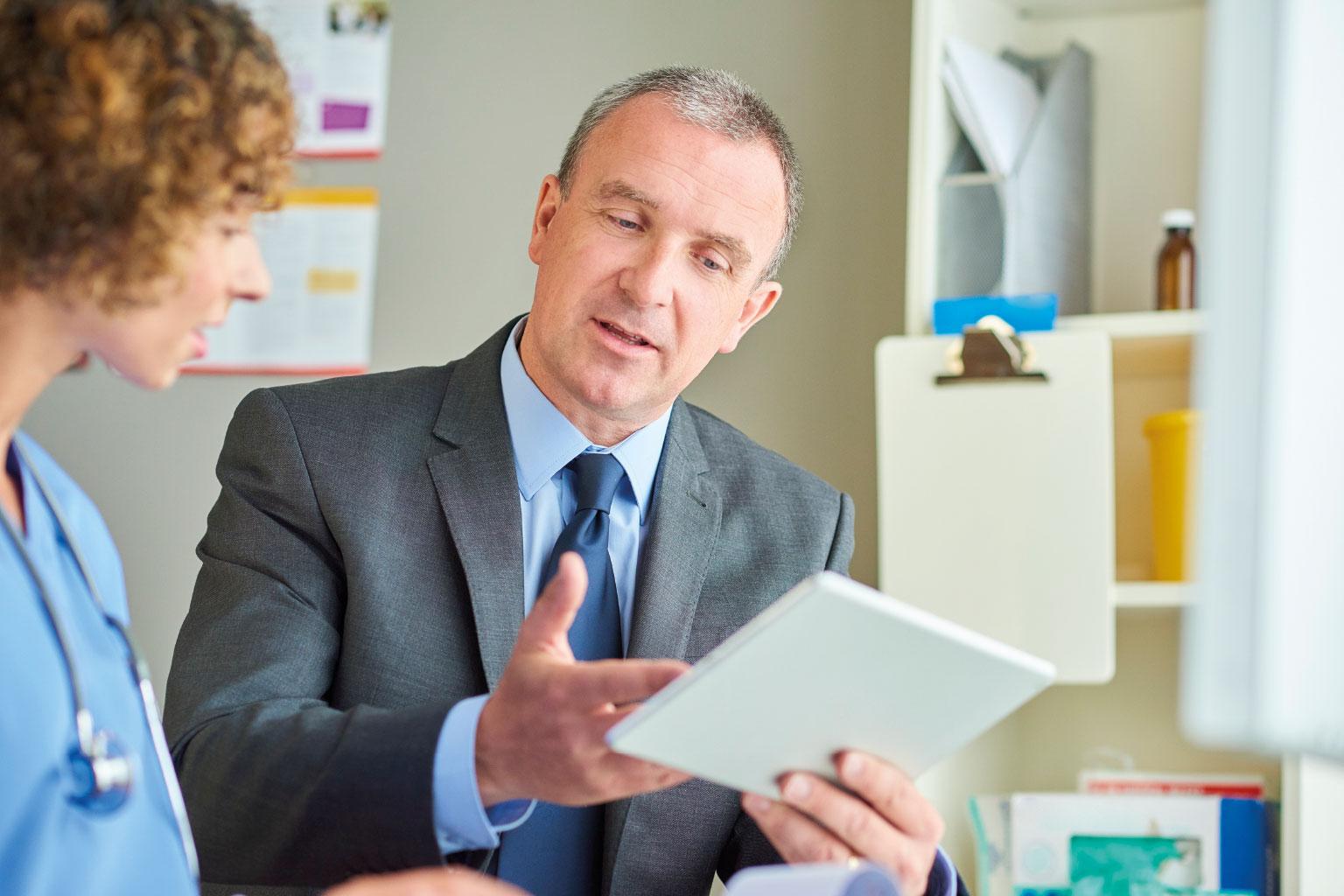 Dyrektor szpitala rozmawia z lekarką o LEX