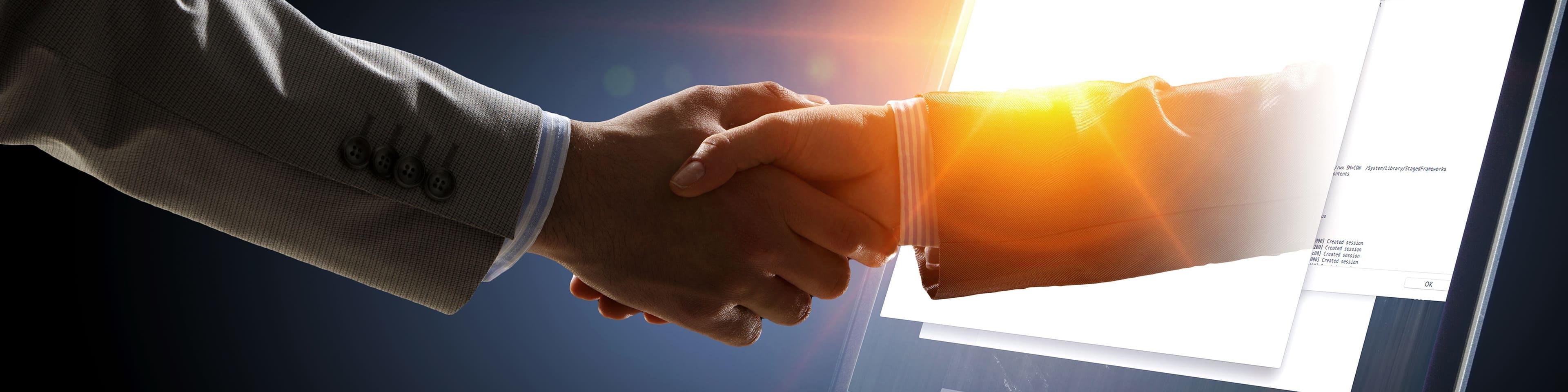 Hand vanuit laptop schud hand van boekhouder voor financieren via boekhoudpakket voor mkb