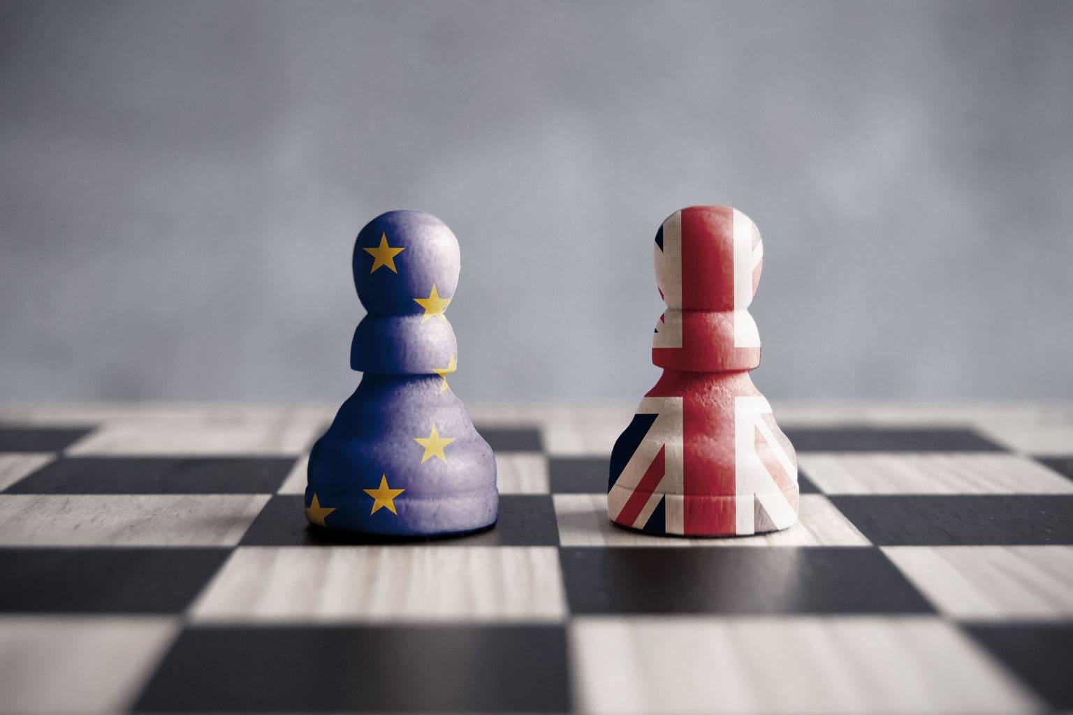 2 pionnen op schaakbord in EU en VK kleuren