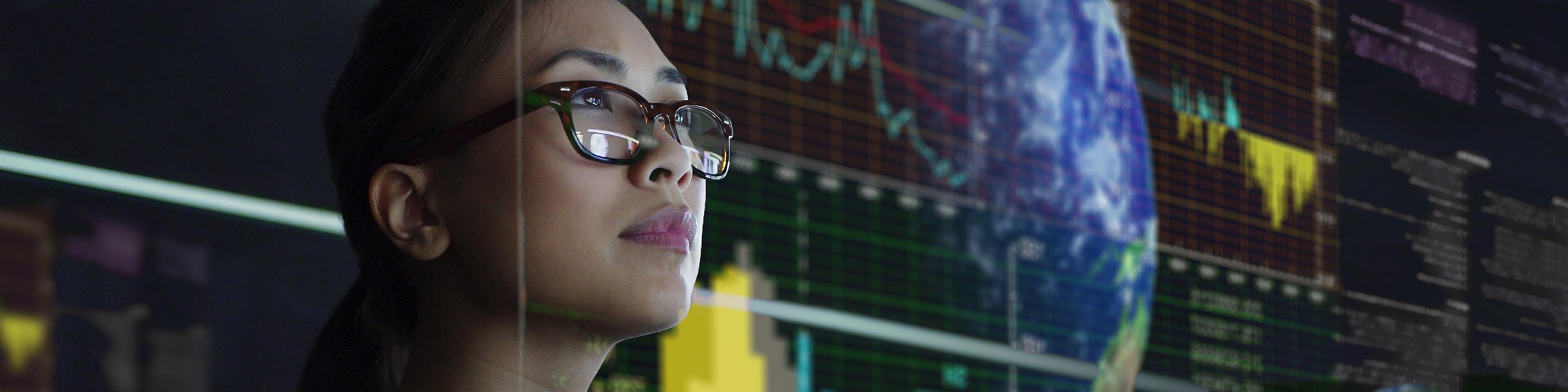 Vrouw die naar bankverkeer kijkt