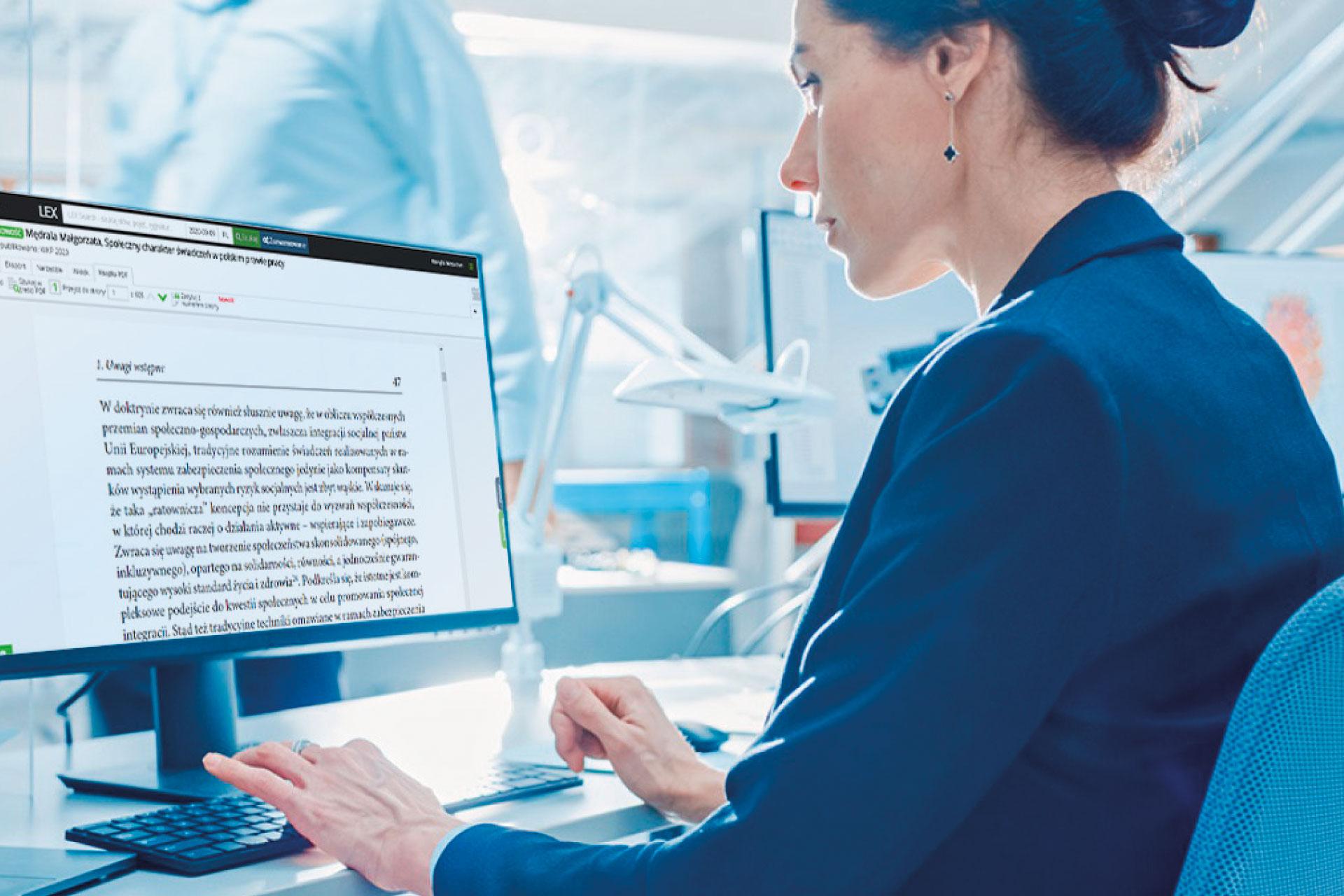 Kobieta pracująca na komputerze z książką w PDF w LEX Context
