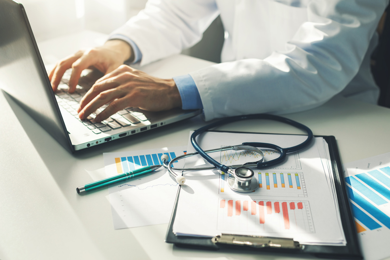 Improving healthcare outcomes using staff report cards and dashboards