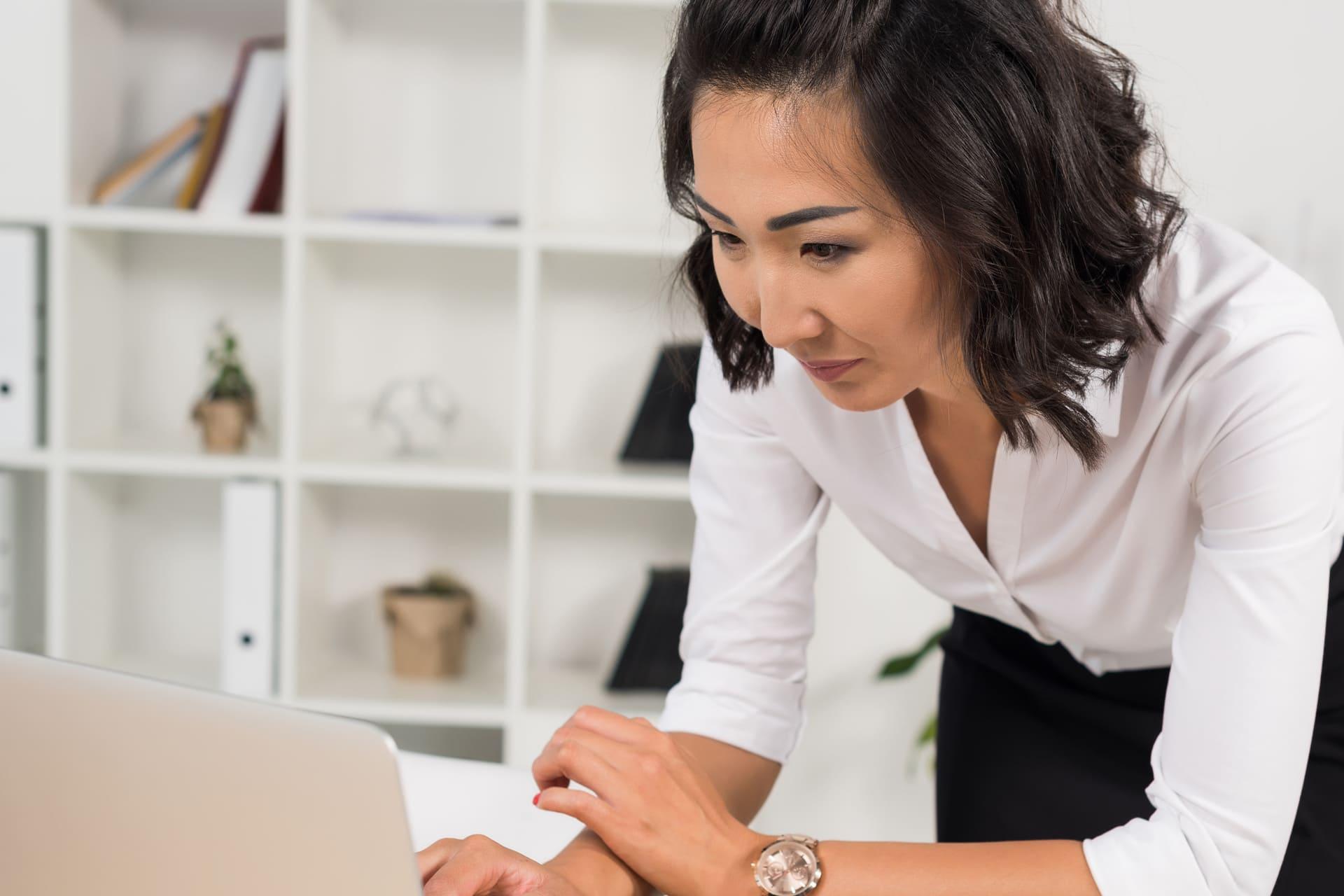 Vrouw is bezig met dms achter laptop
