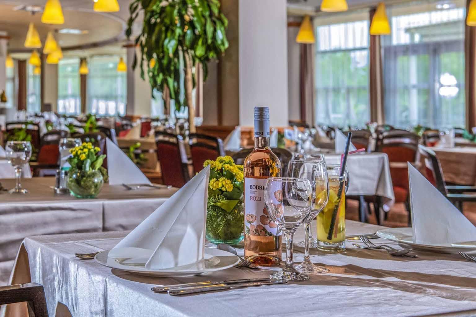 thermal-hotel-visegrad-szalloda-etterem-asztal1