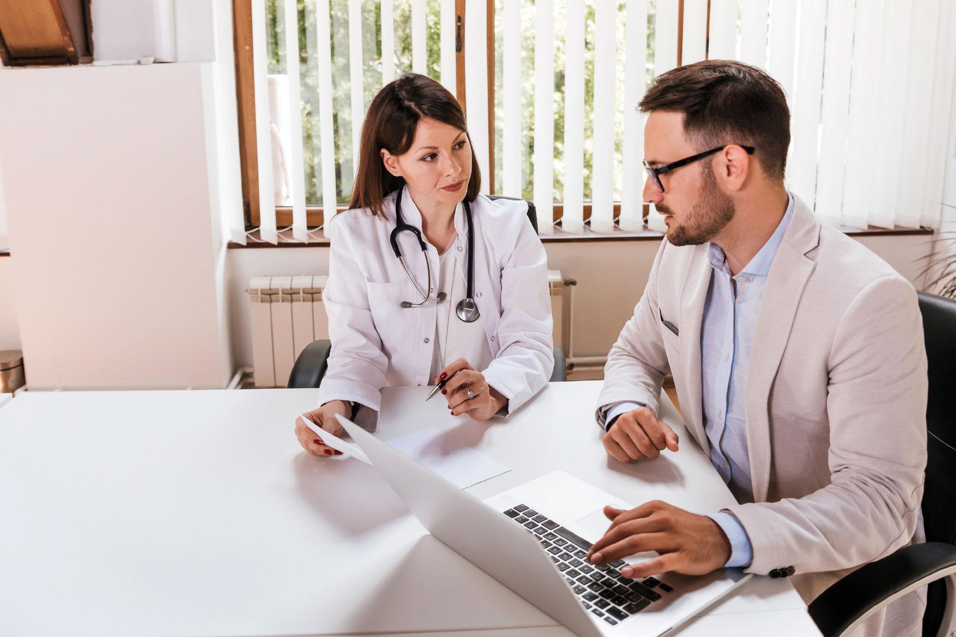 Lekarka i pracownik administracyjny szpitala rozmawiają o LEX Medica
