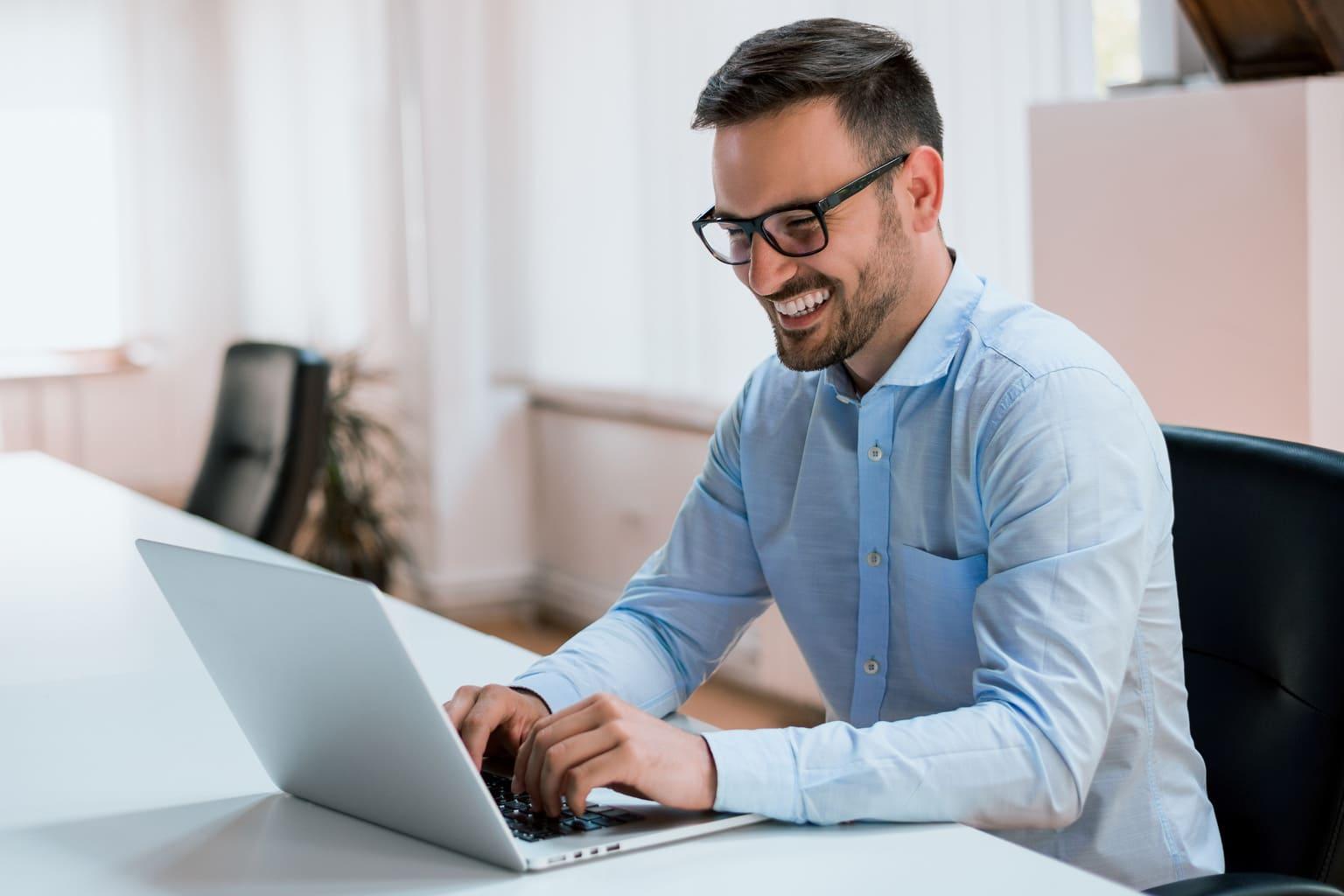 accountant achter laptop bekijkt functie betalen en incasseren