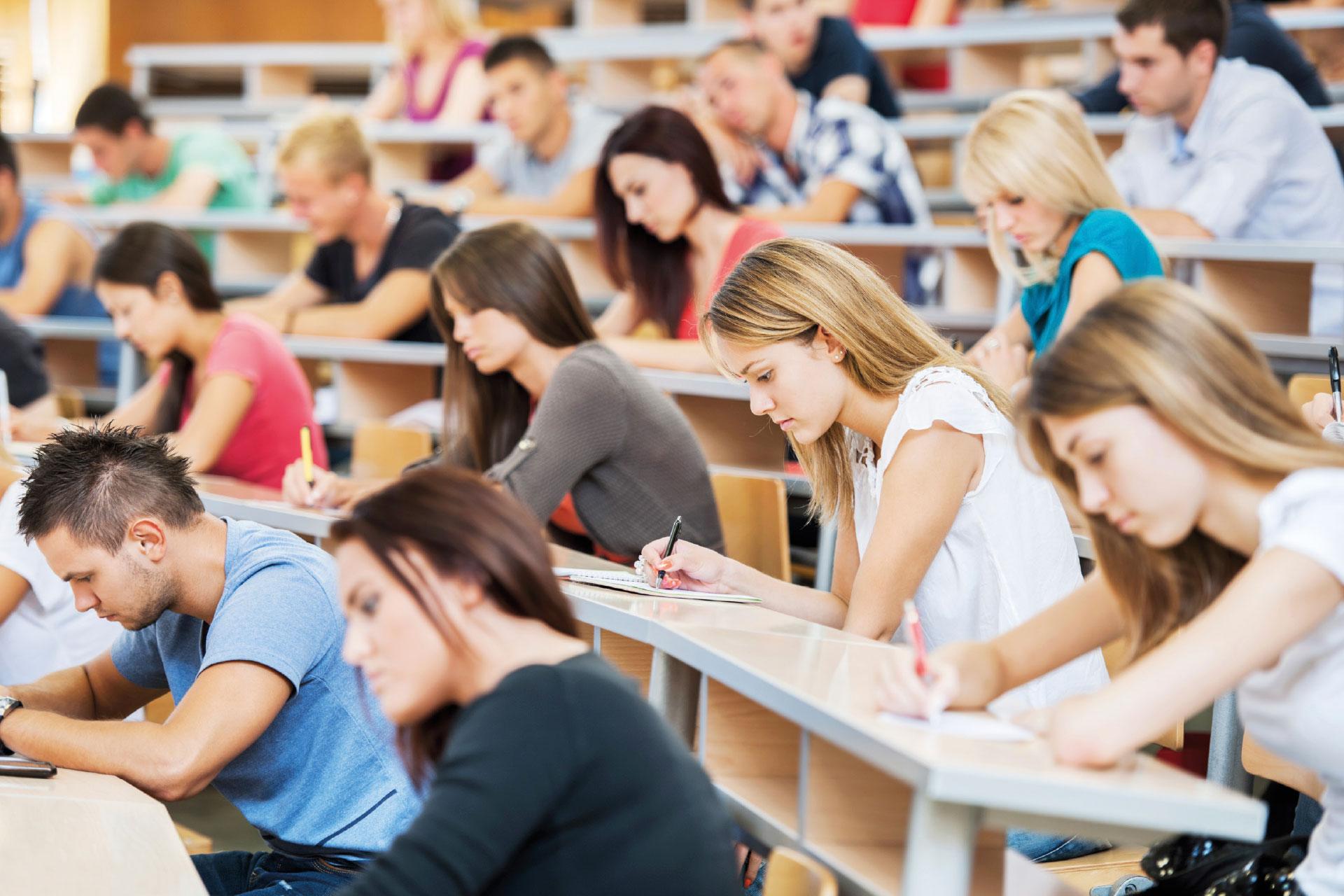 studenci szkoły wyższej studiują na uczelni z LEX