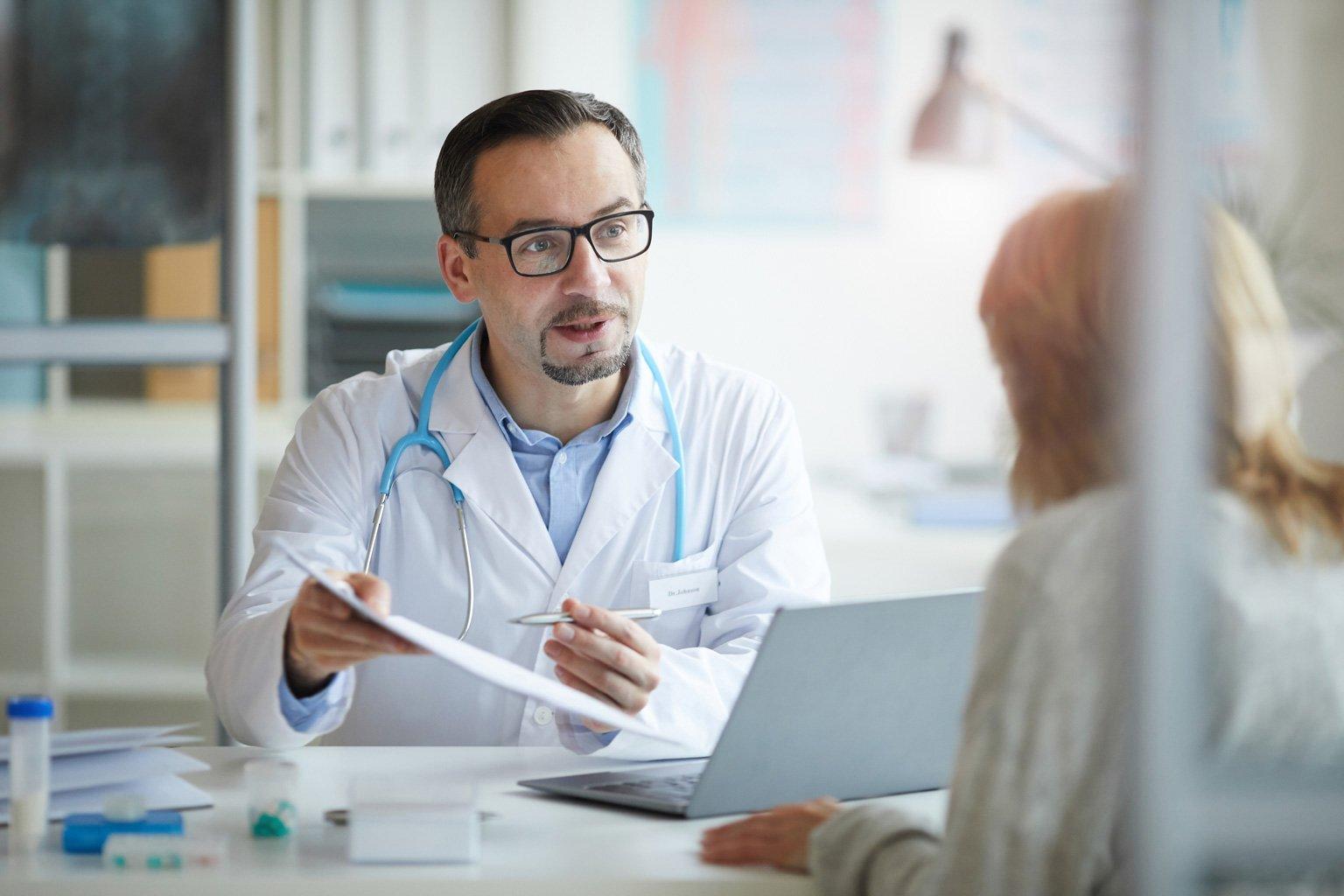 Lekarz w przychodni rozmawia o Progmedica