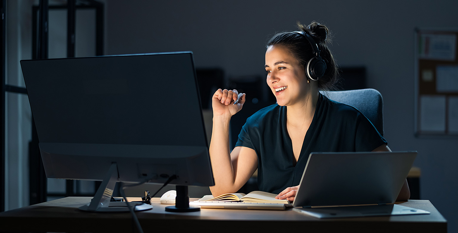 Ung kvinna deltar på Visning av Capego Skatt webbinar