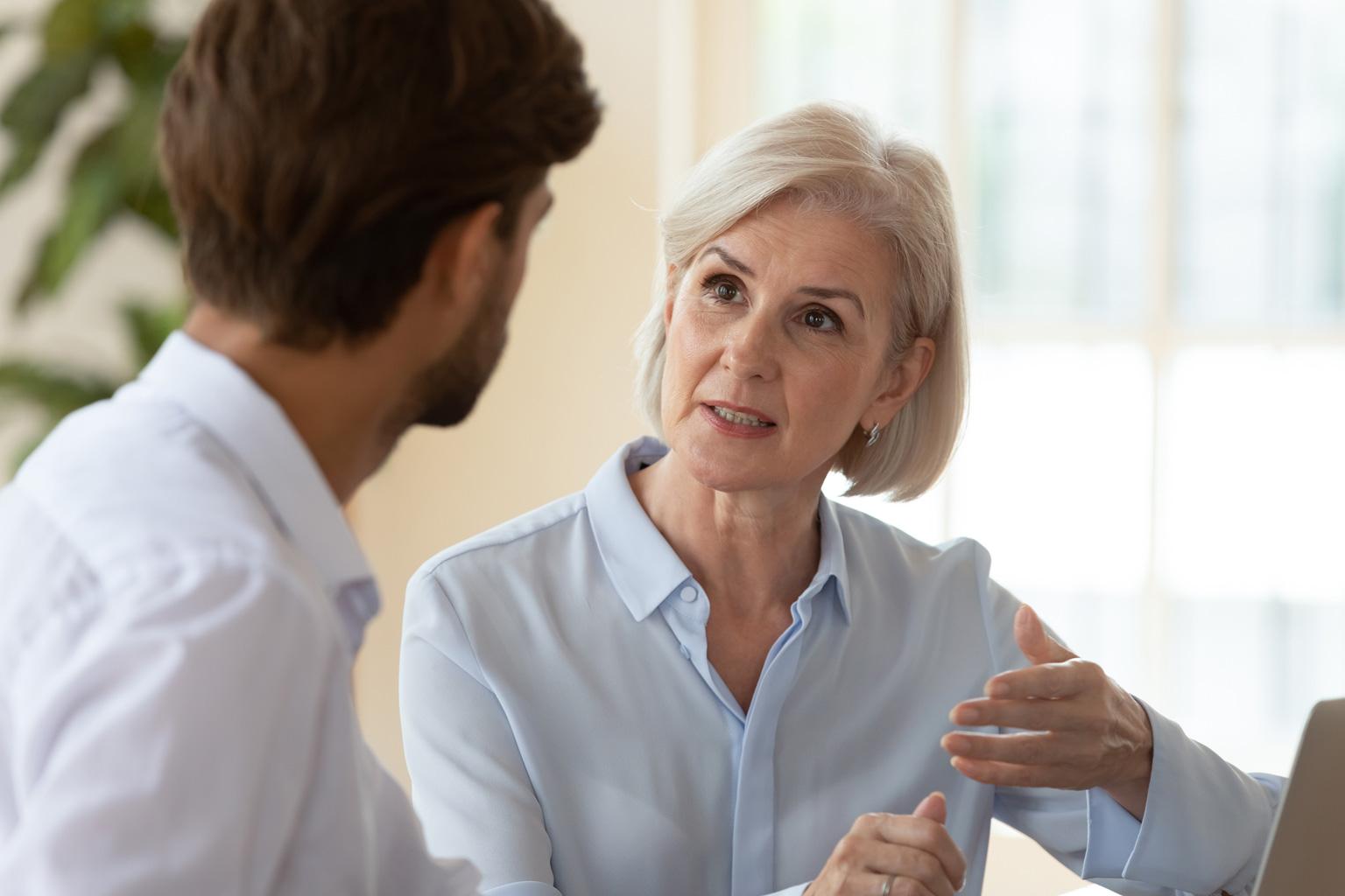 Kobieta manager w szpitalu w którym jest Progmedica rozmawia z pracownikiem