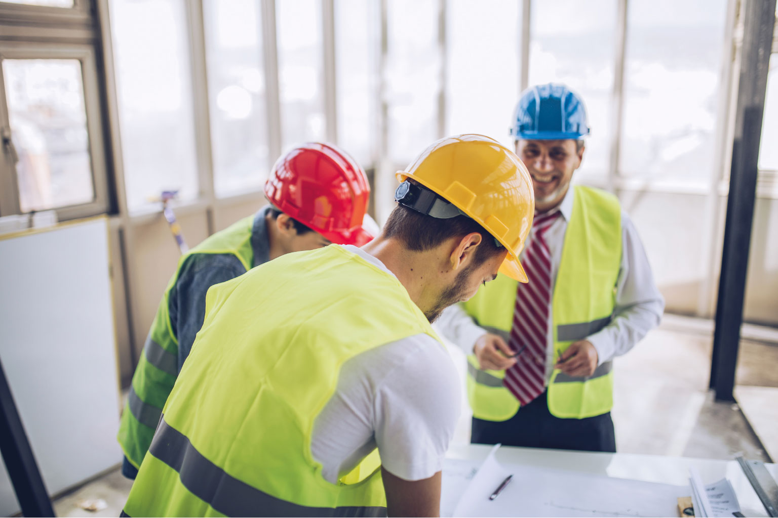 Grupa osób dyskutuje nad budowlanymi planami inwestycyjnymi w szpitalu