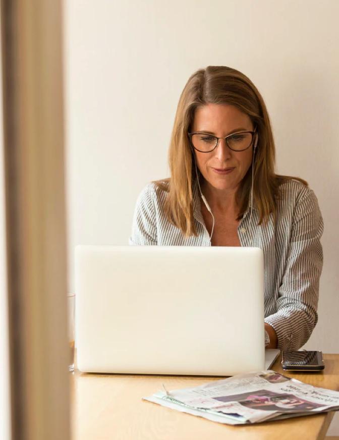 Vrouw werkt achter laptop