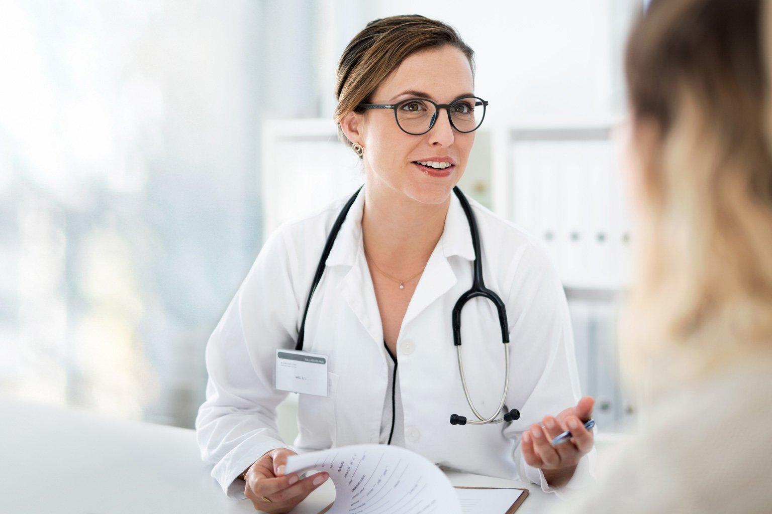 Lekarka rozmawia z pacjentem w przychodni, która ma Progmedica