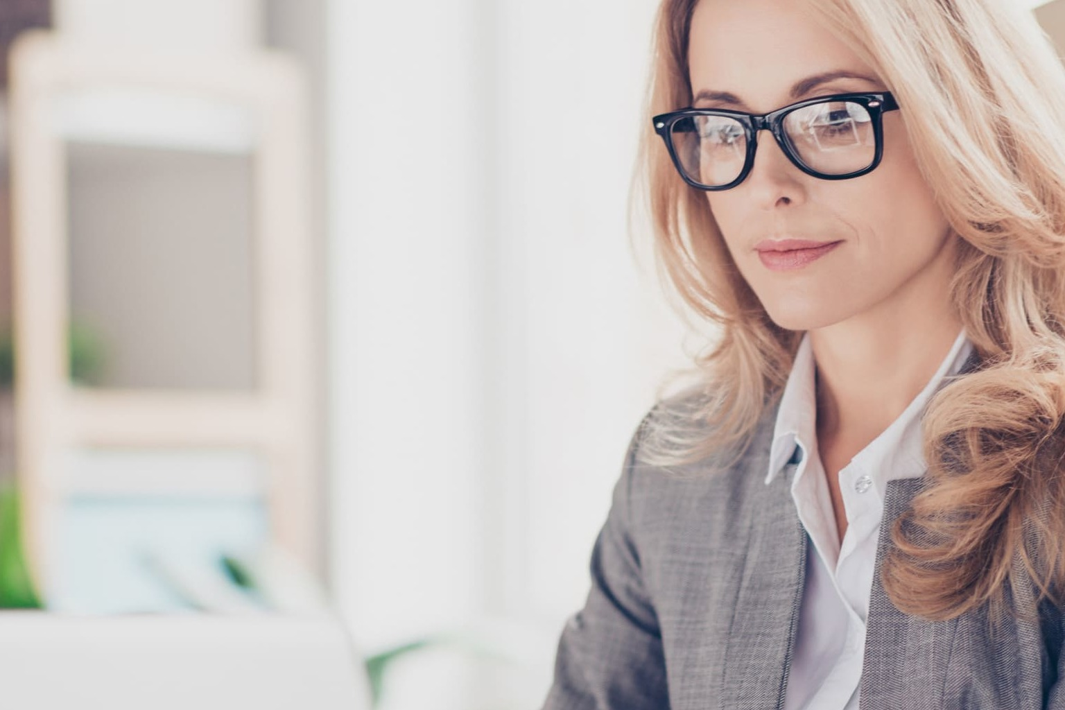vrouw met laptop en bril