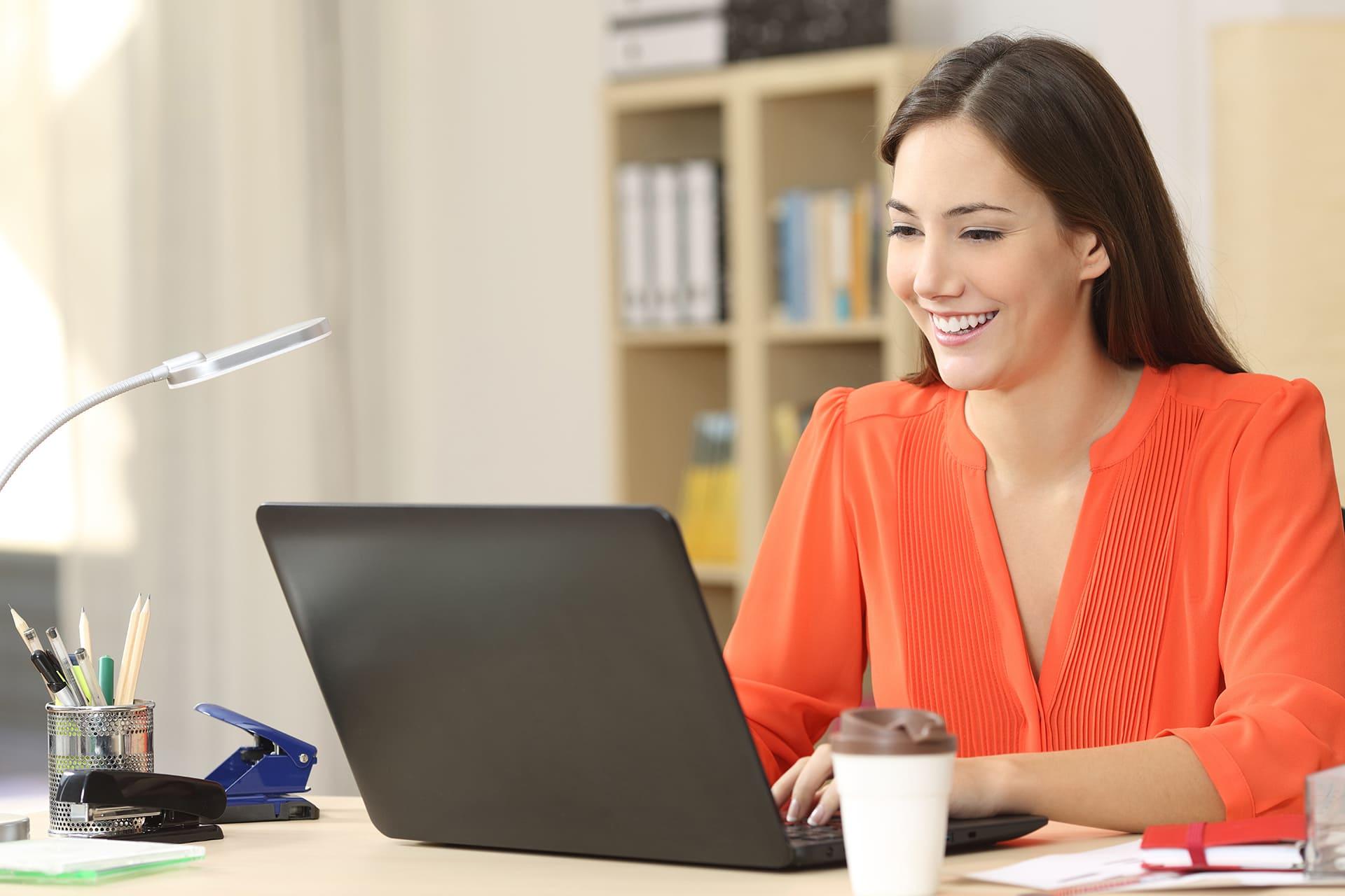 Vrouw doet met veel plezier boekhouding in Twinfield