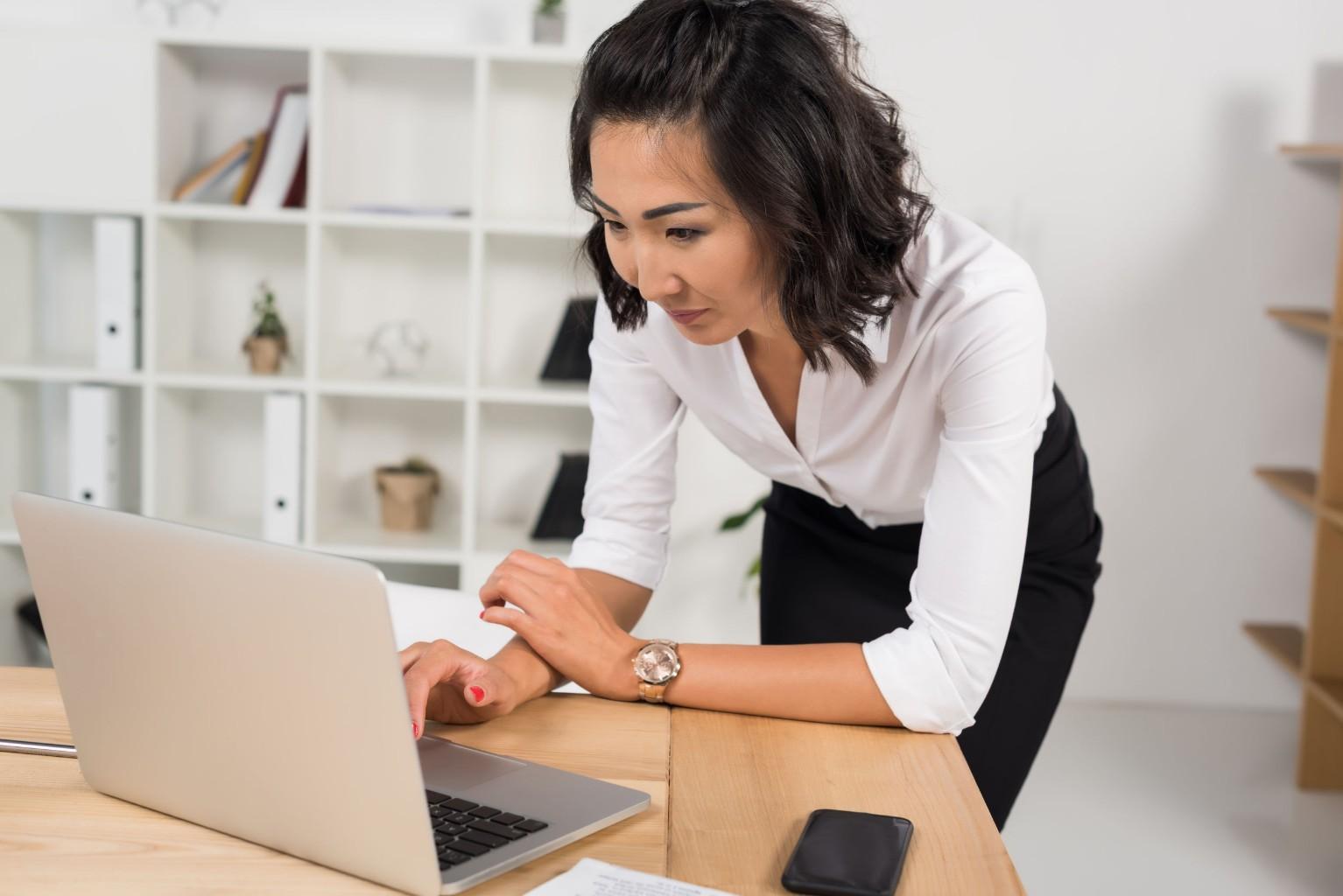 Accountant werkt in documentmanagementmodule Alure
