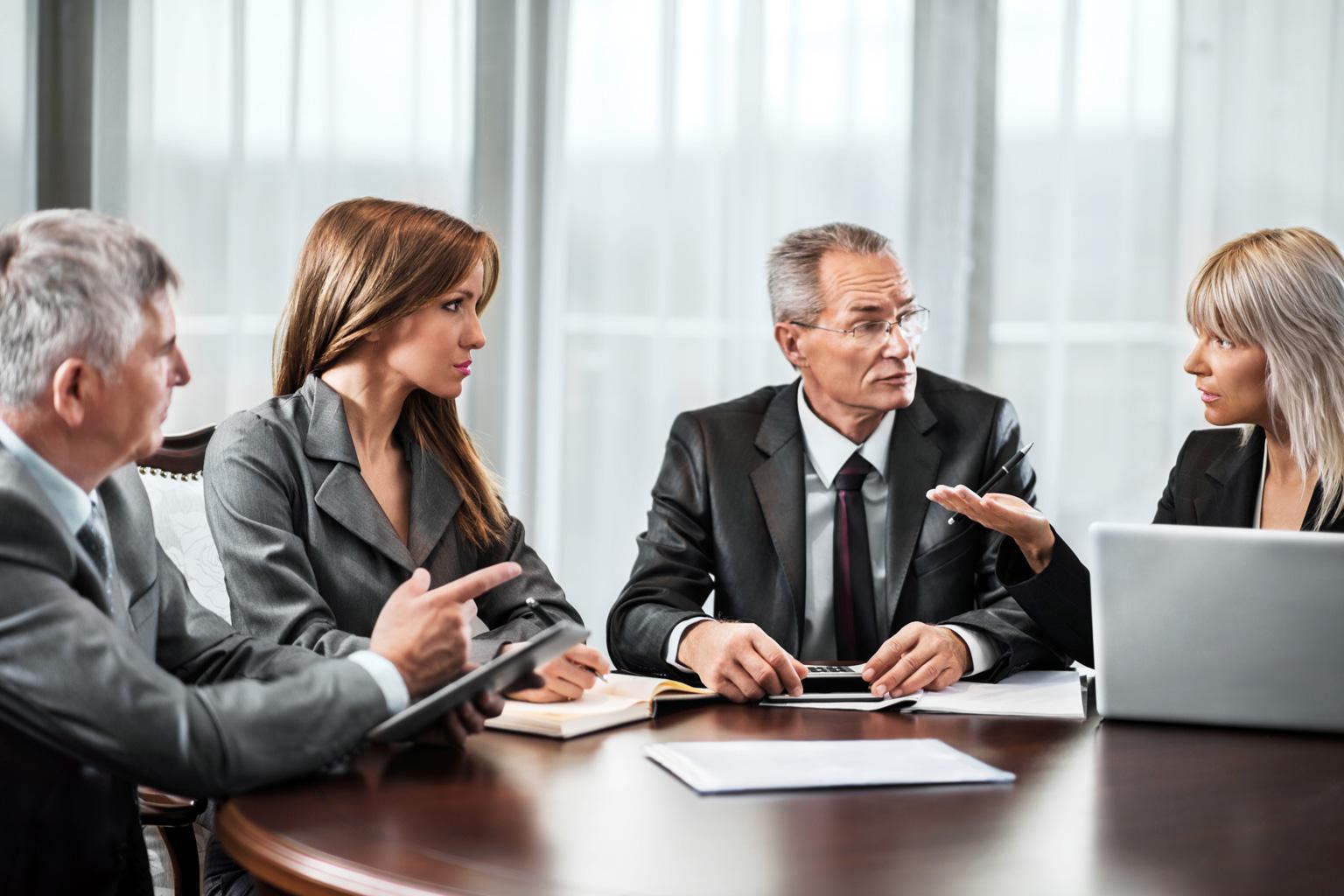Grupa osób omawiająca wyniki badania zgodności z RODO zrealizowanego w programie LEX Compliance RODO