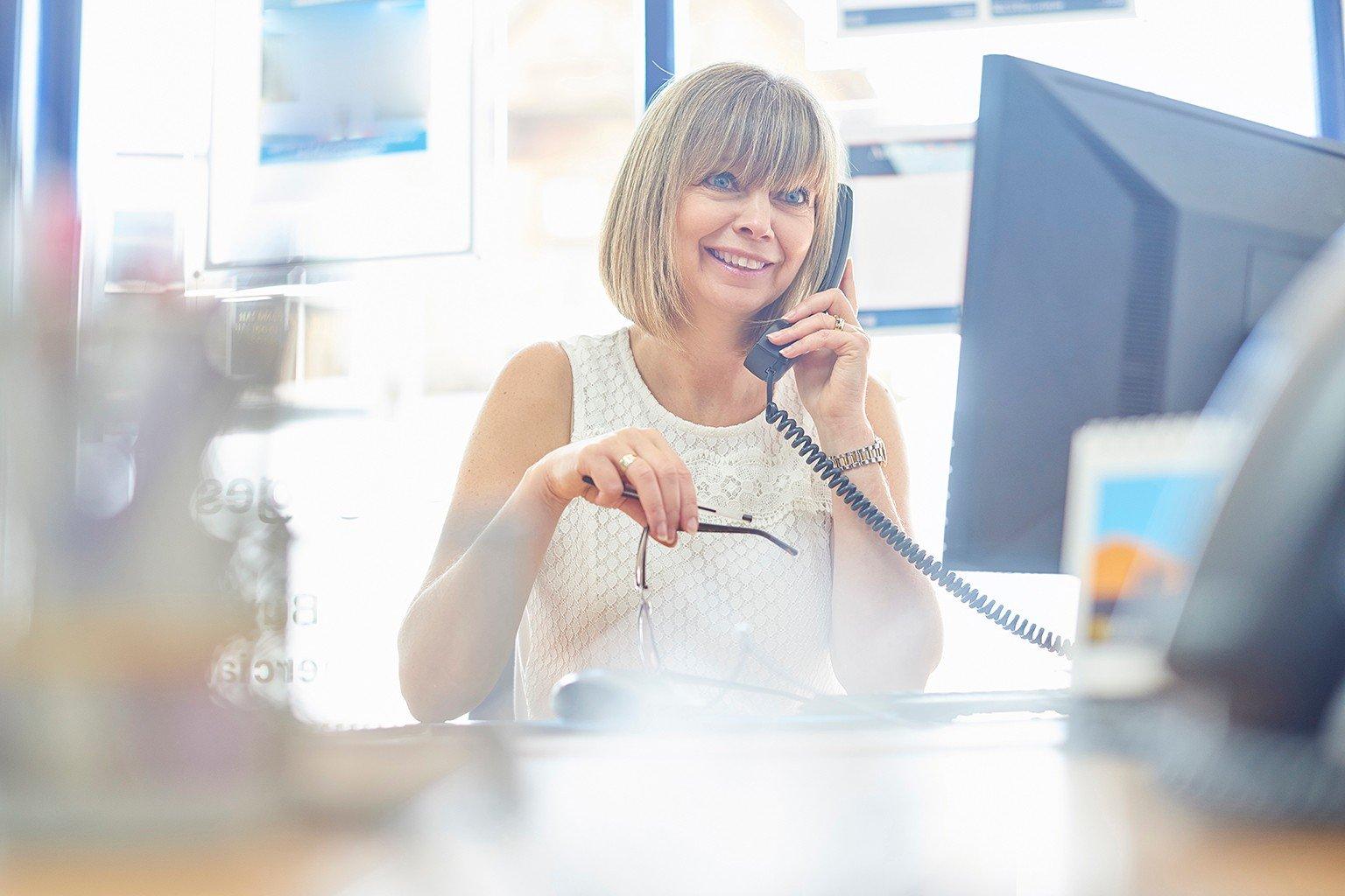 Kvinna på juristbyrå talar i telefon
