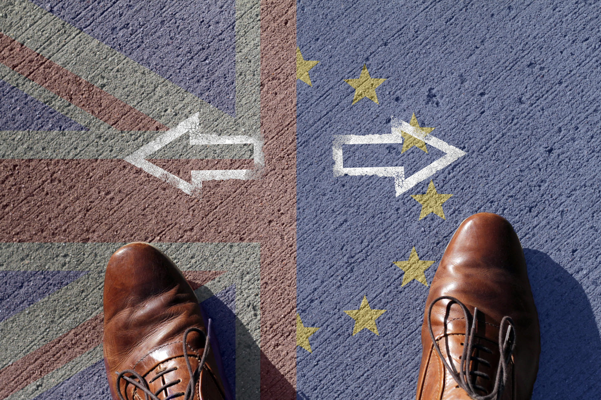 Twee voeten op de grens van EU en VK