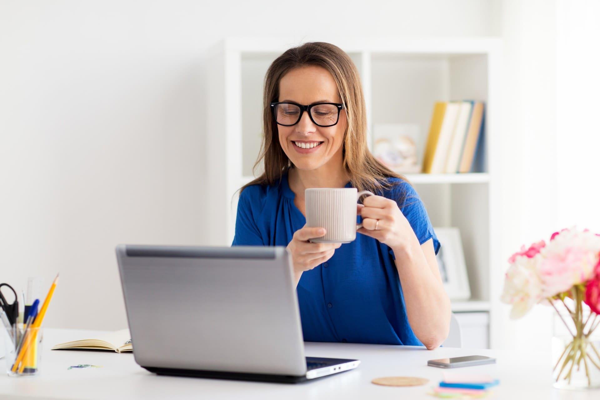 vrouw werkt blij met mkb boekhouding software Twinfield