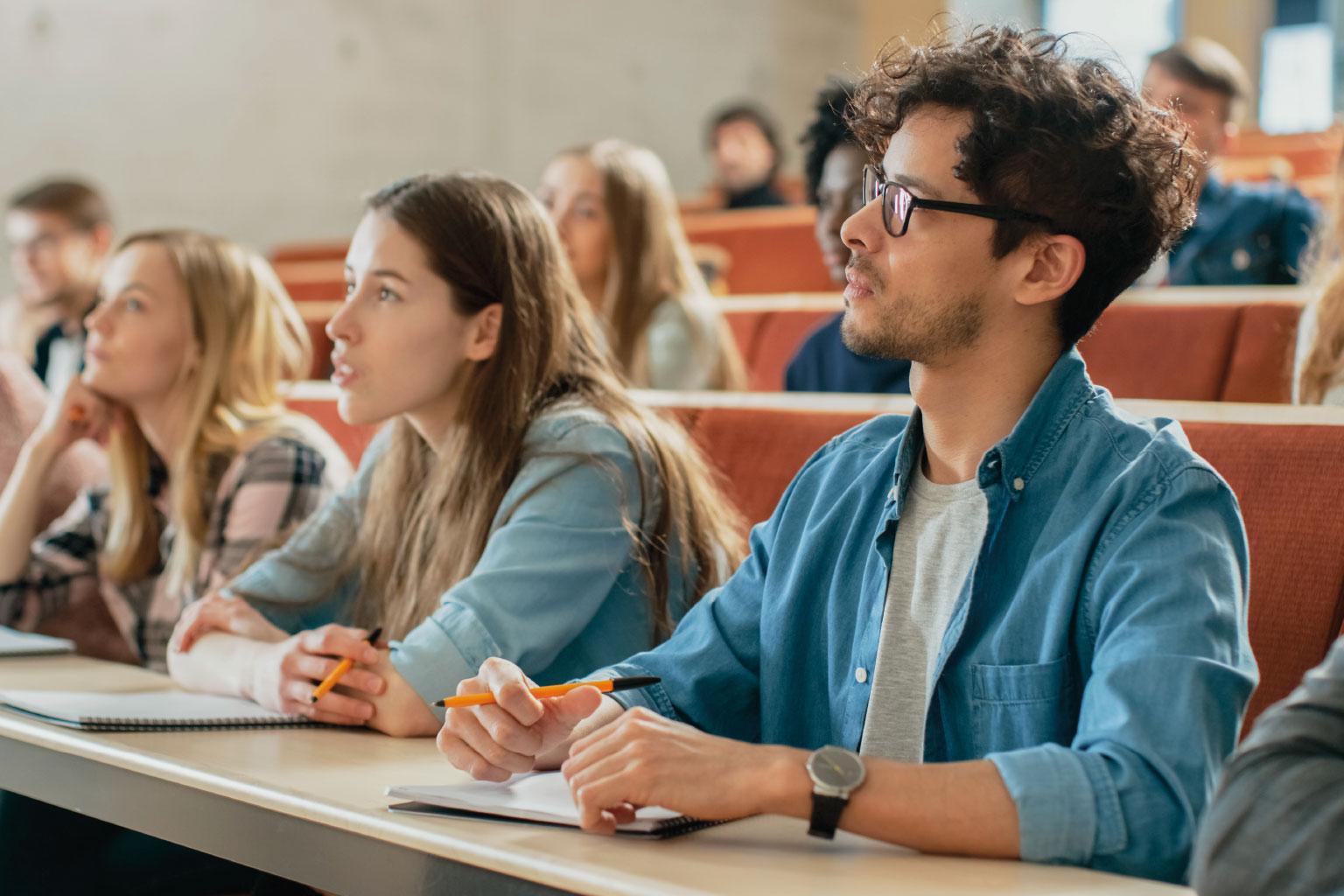 Studenci na sali wykładowej uczelni z LEX Akademia