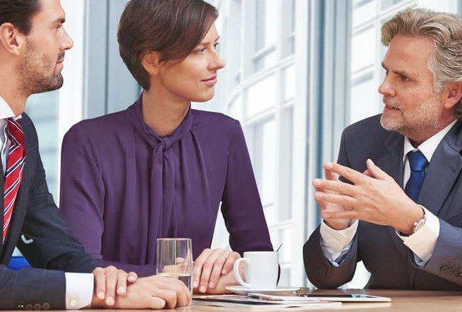 belastingadviseur praat met twee clienten