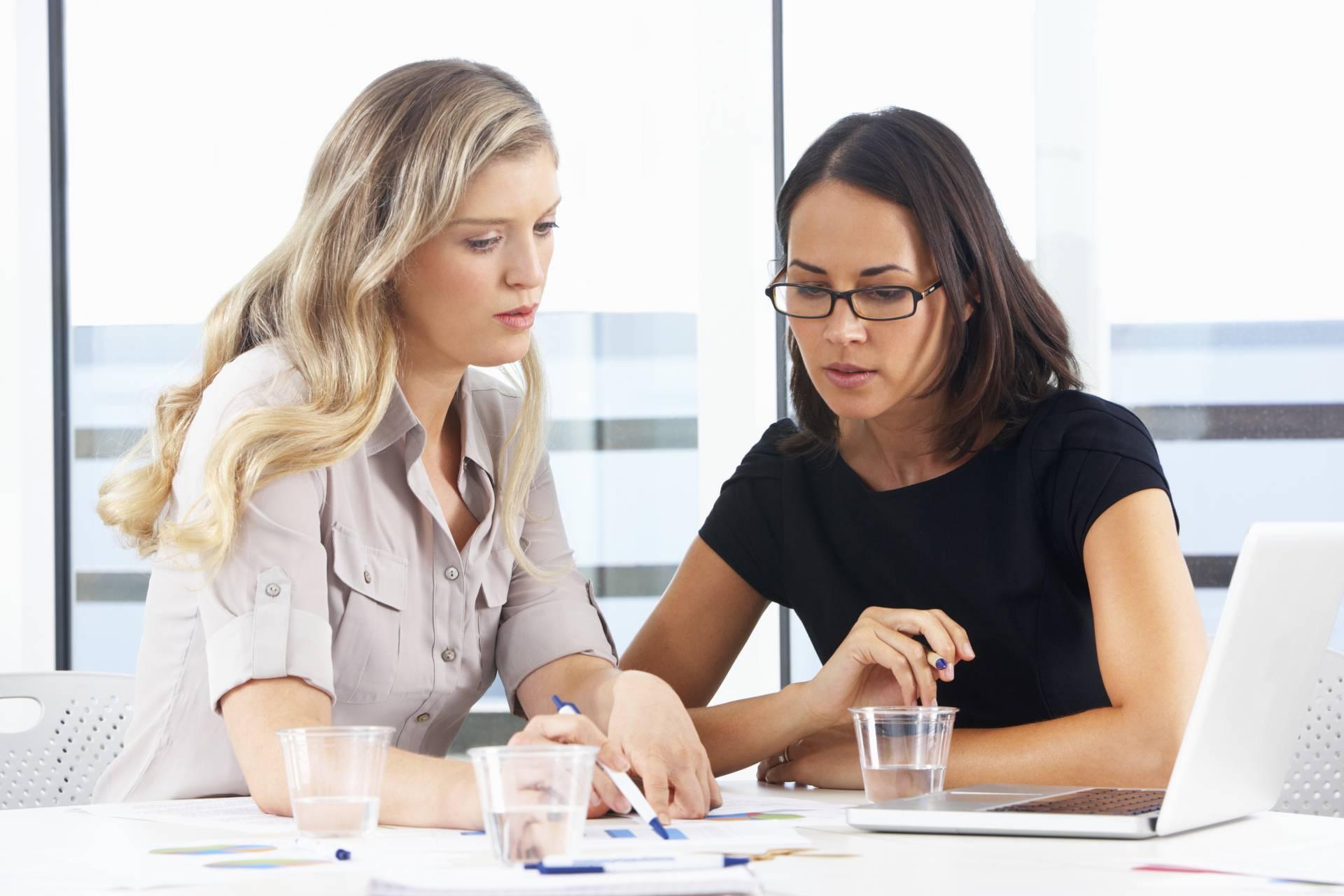 Två kvinnliga ekonomer jobbar i Anläggningsregister