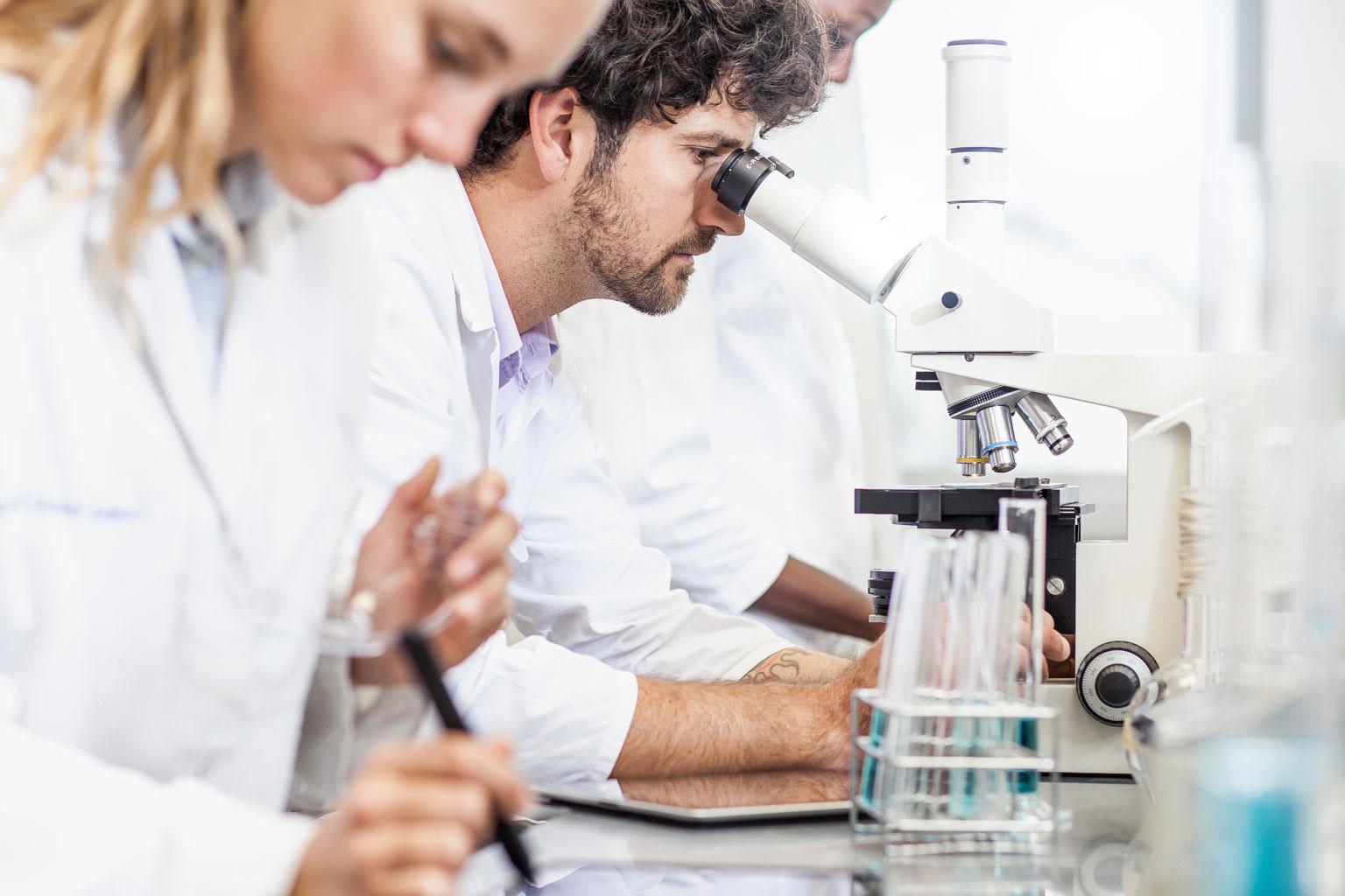 Pracownicy instytutu naukowego pracują w laboratorium