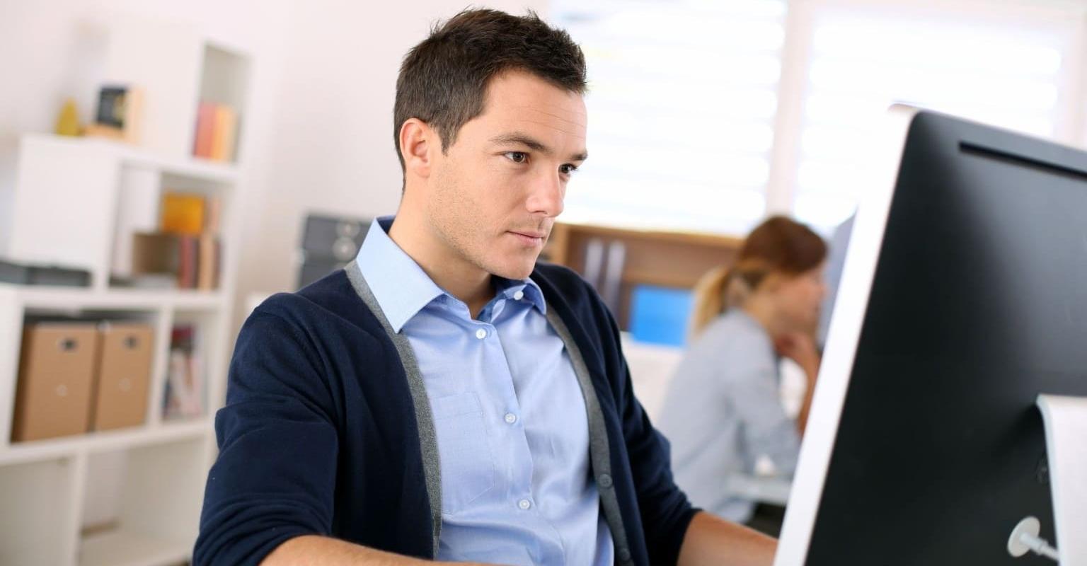 Man kijkt naar accounting software