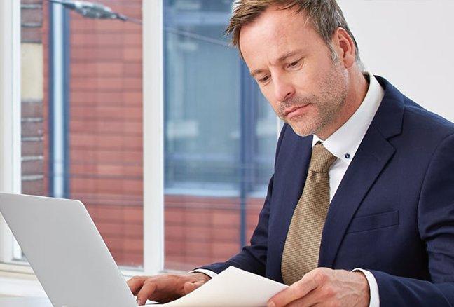 advocaat werkt achter laptop