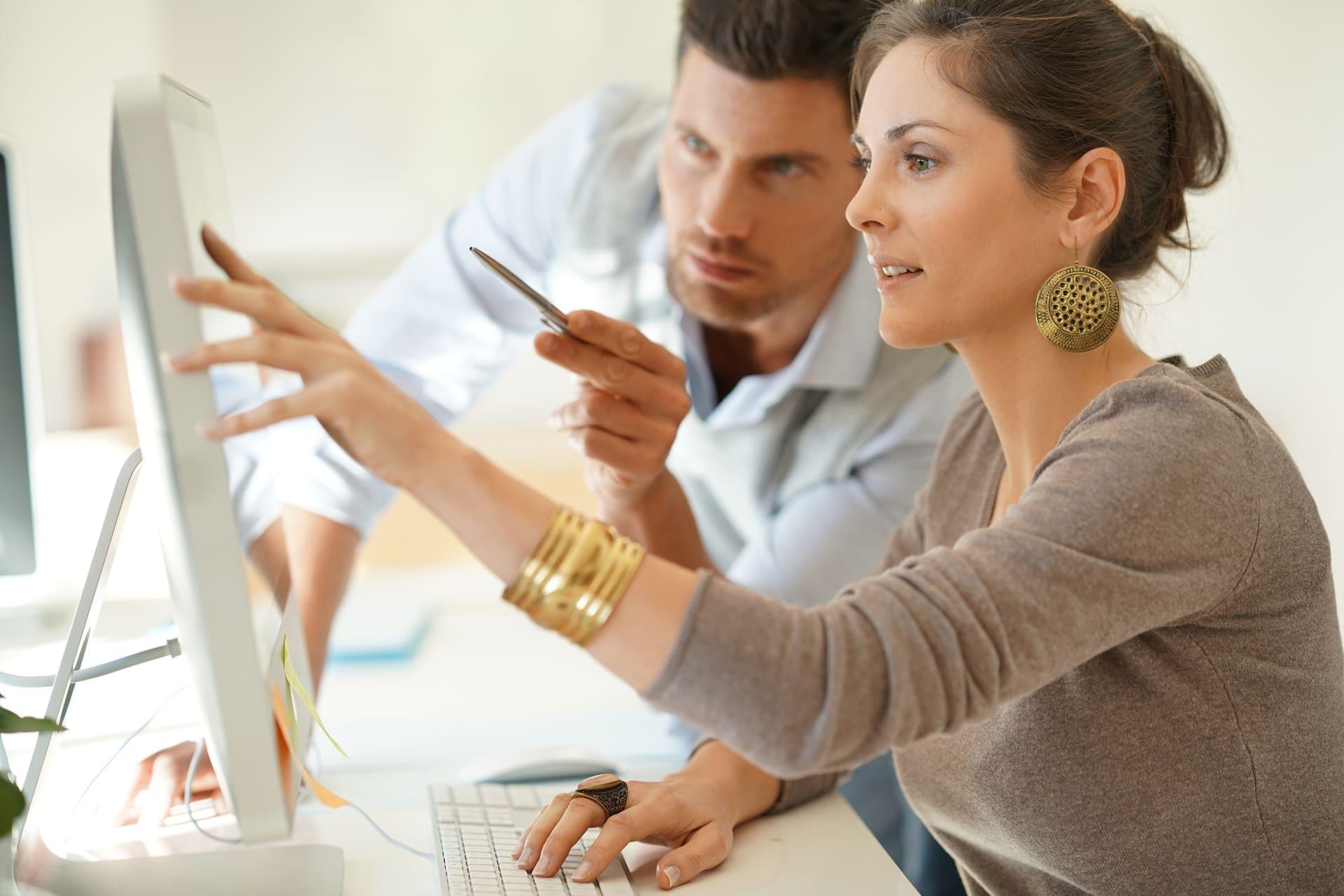 Man en vrouw bekijken Consultancy mogelijkheden Twinfield