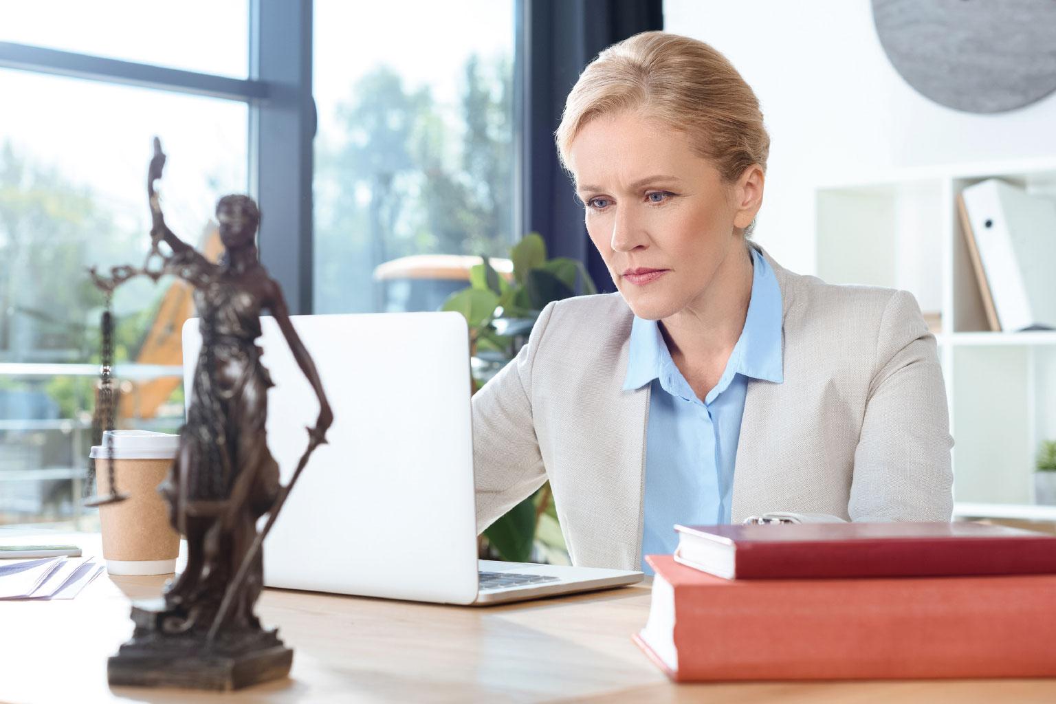 Prawniczka pracuje na laptopie korzystając z LEX Context