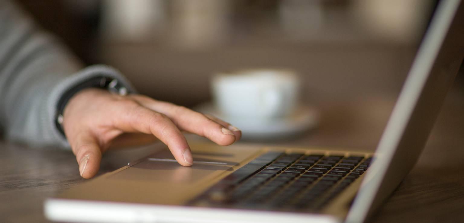 Hand på tangentbord