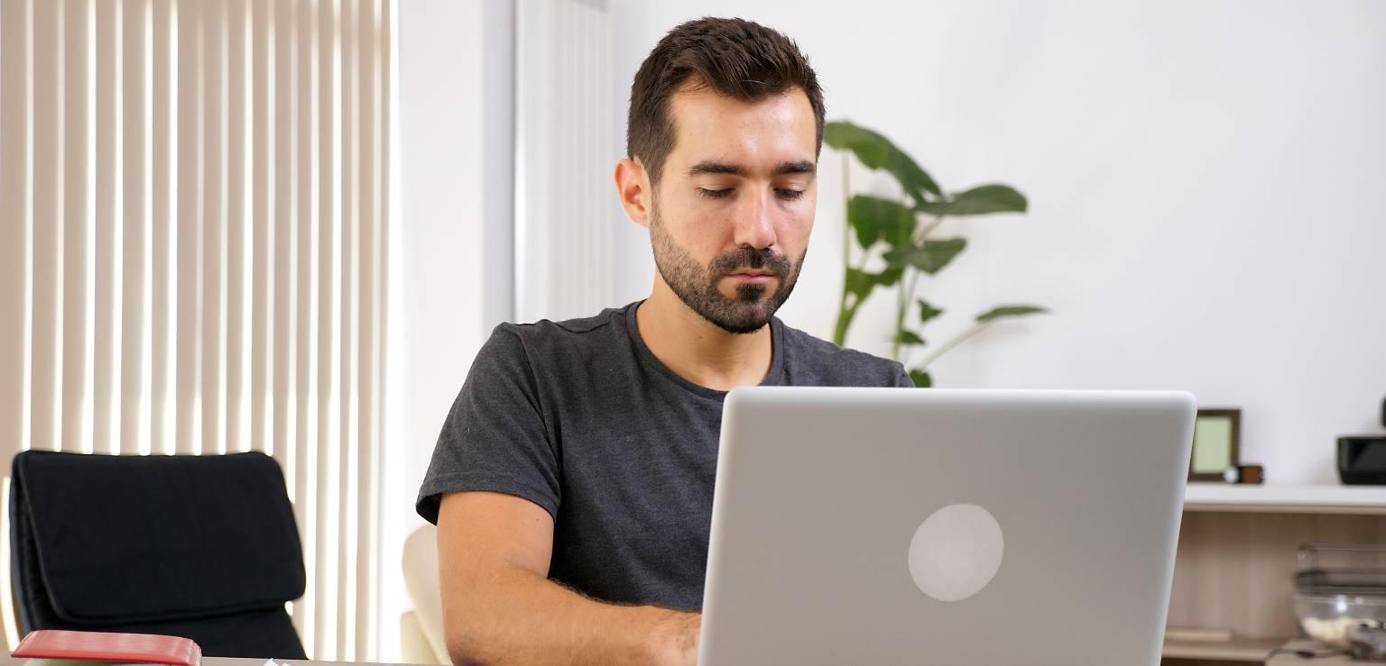 Man vid dator