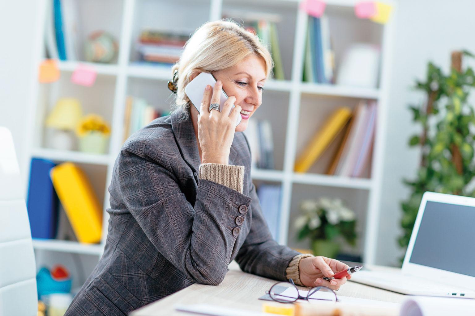 Pani kadrowa w szpitalu rozmawia przez telefon w sprawie zatrudnienia lekarza